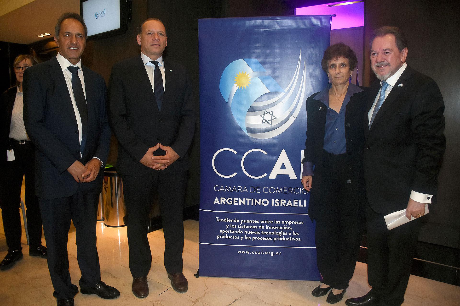 El designado embajador en Brasil, Daniel Scioli; el ministro de Seguridad bonaerense, Sergio Berni; la embajadora Galit Ronen y Mario Montoto