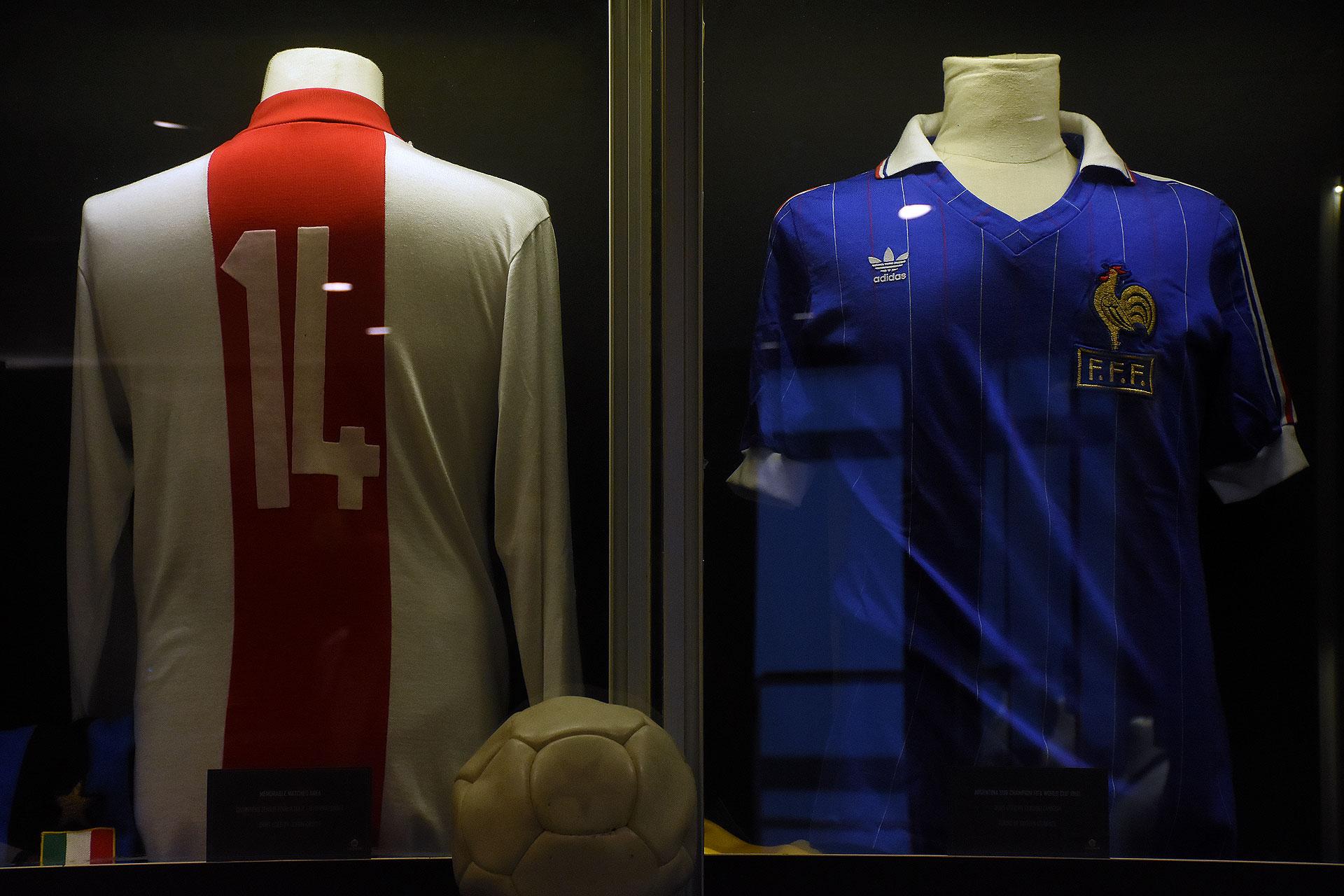 Otra perlita del holandés Cruyff campeón de la Champions League con el Ajax en 1972; a su derecha está la del francés Michel Platini en el Mundial de España 82 (Nicolas Stulberg)