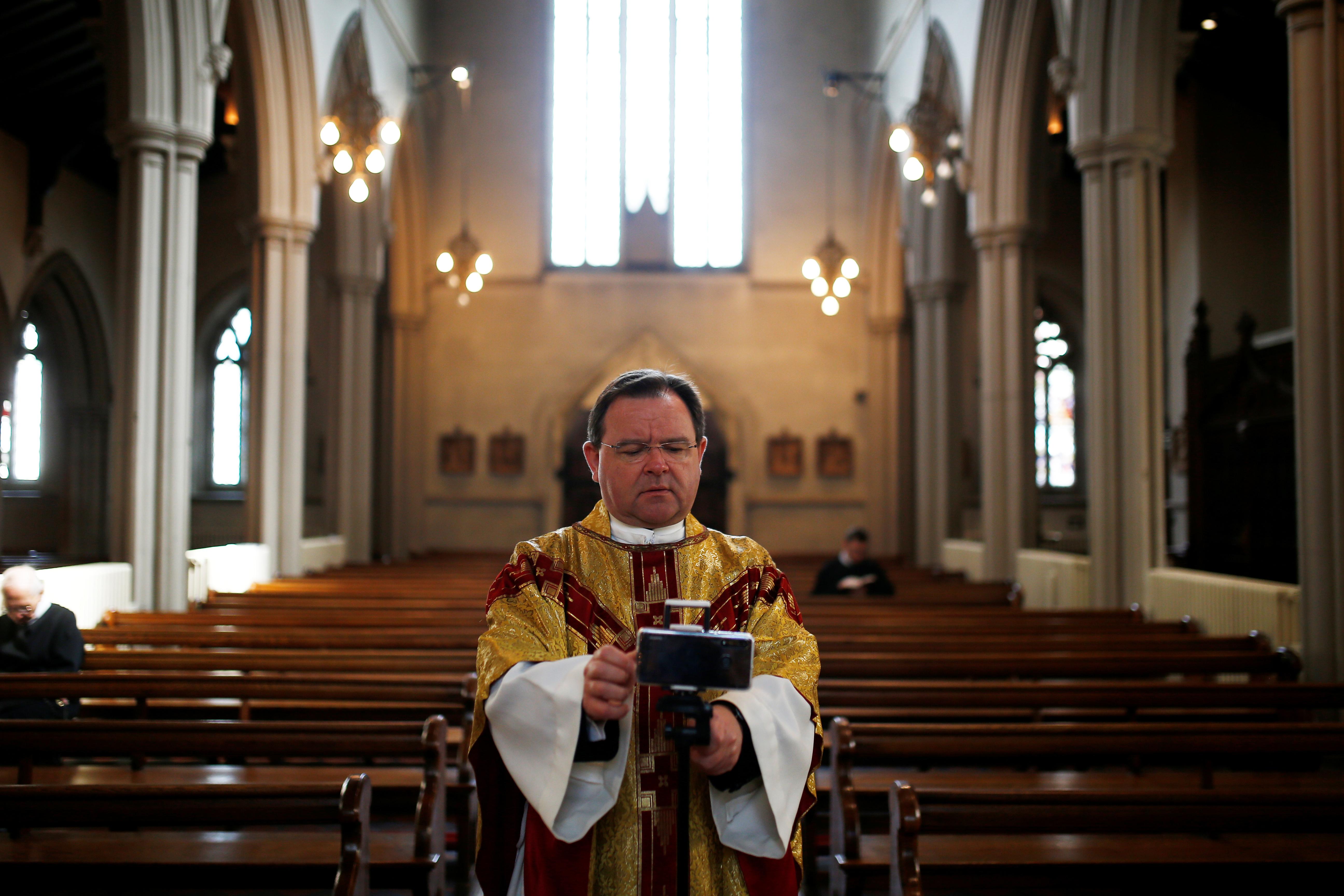 REINO UNIDO - En Londres el padre Richard Reid organizó la misa de Pascuas vía streaming