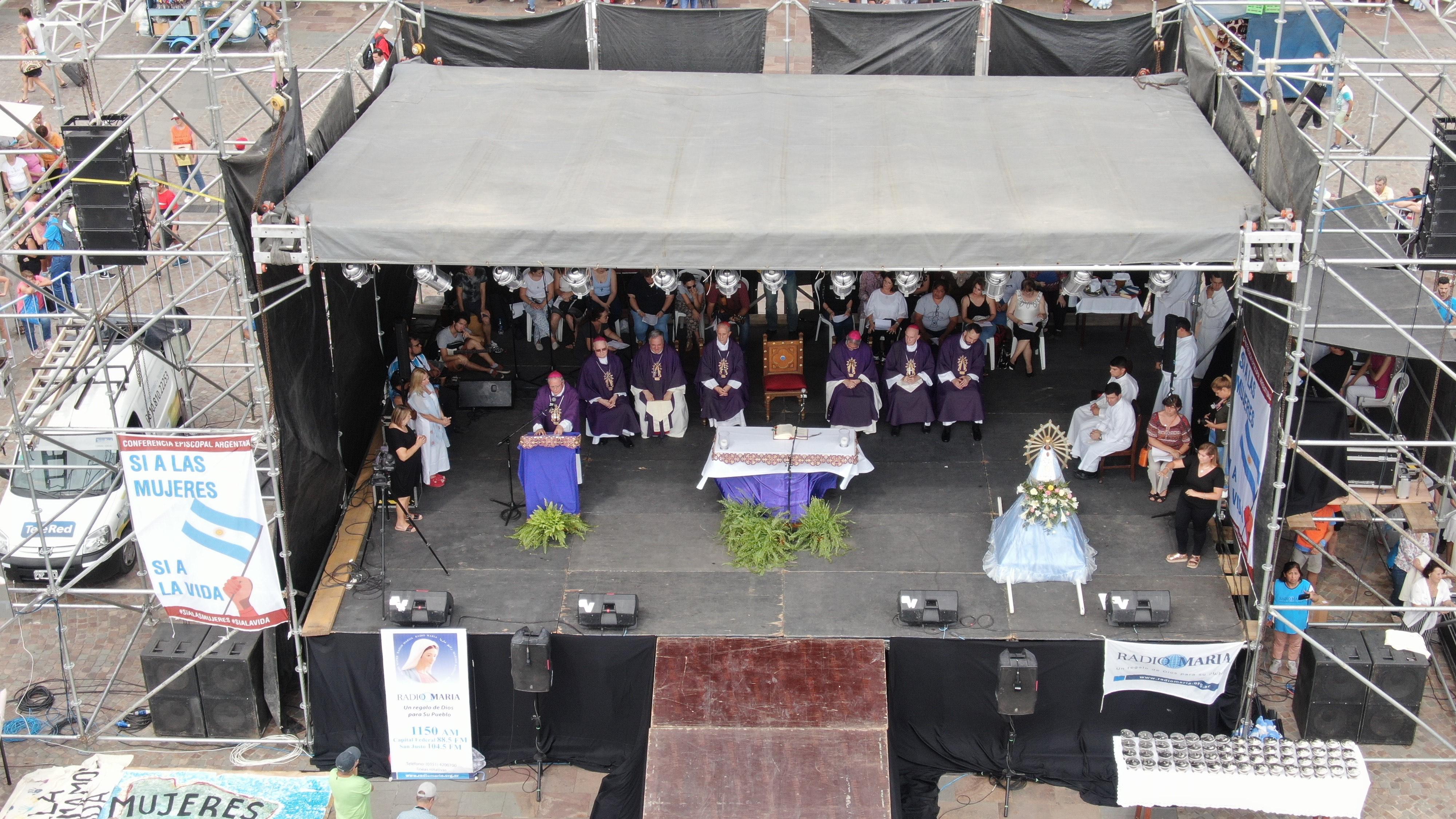 El escenario y el altar montados frente a la Basílica de Luján