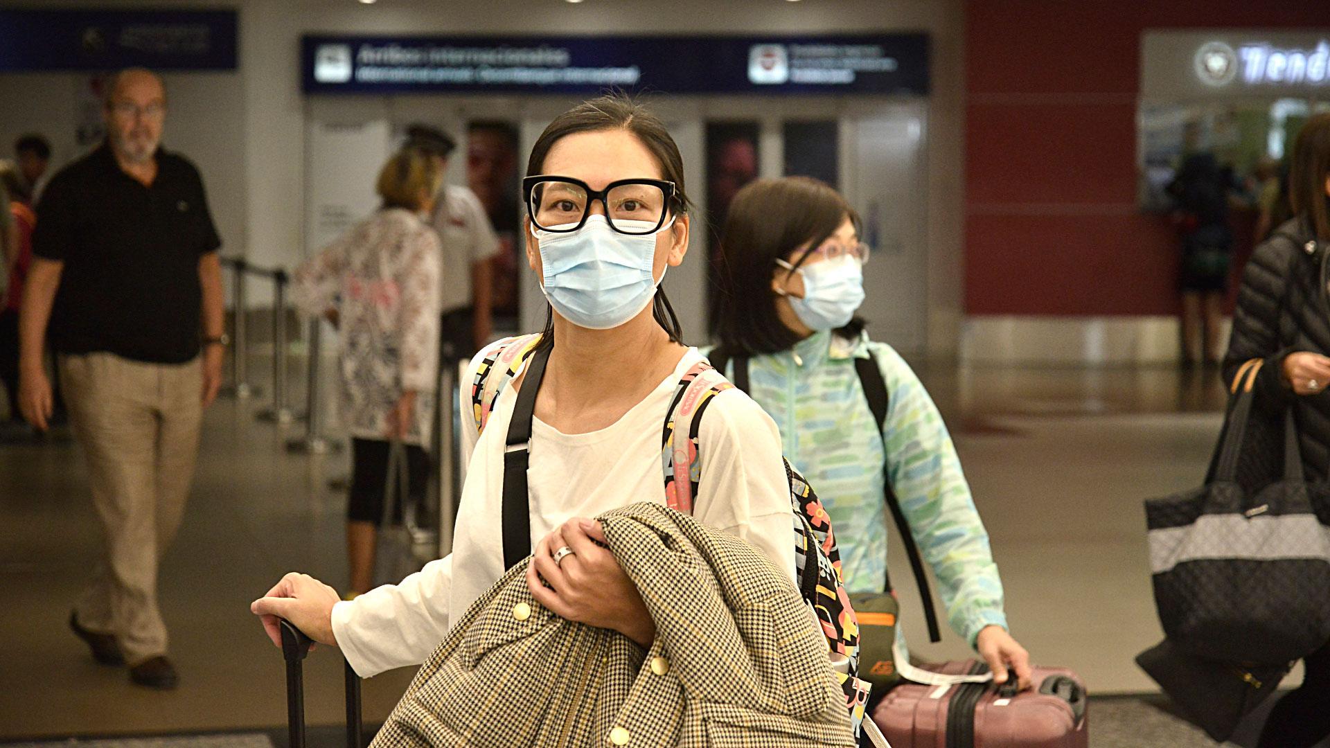 Desde la irrupción del coronavirus, el Ministerio de Salud de la Nación montó un stand en el sector de arribos internacionales para concientizar de los riesgos y prevenir