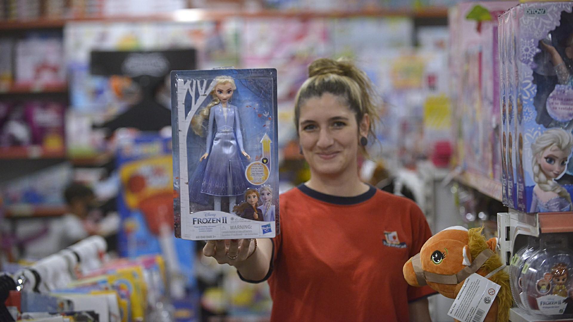 Elsa de Frozen, uno de los personajes favoritos y más buscados por las más chicas en la #NochedelasJugueterías