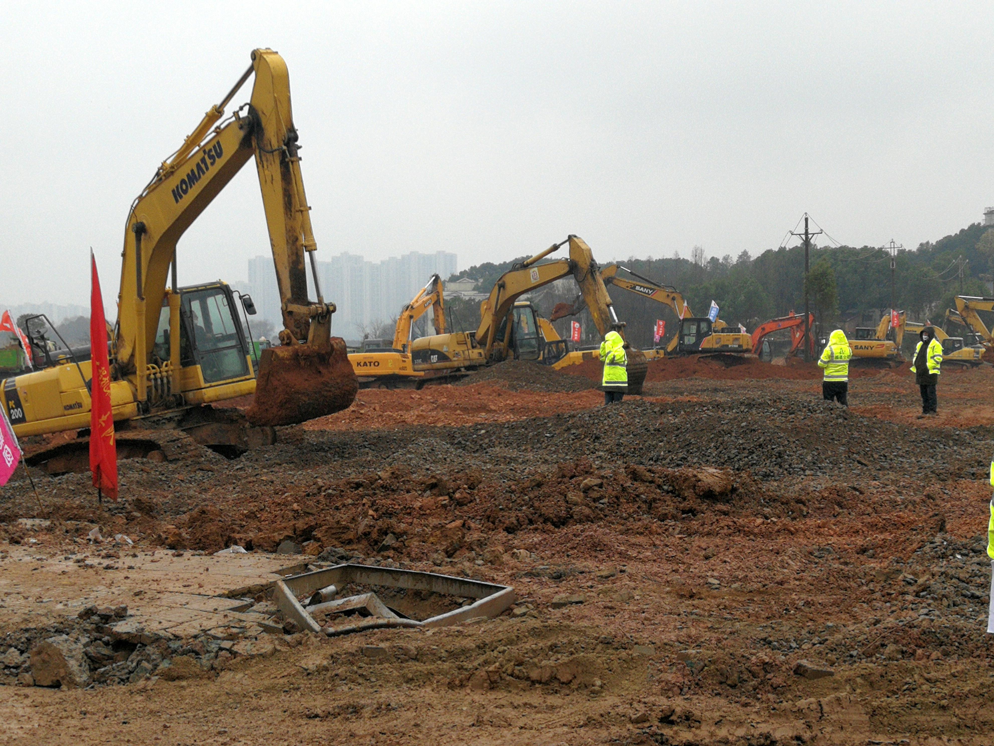 Se ven excavadoras en el sitio de construcción donde se está edificando el hospital para tratar a pacientes de un nuevo coronavirus, luego del brote y el cierre de la ciudad de Wuhan (8cnsphoto vía REUTERS)