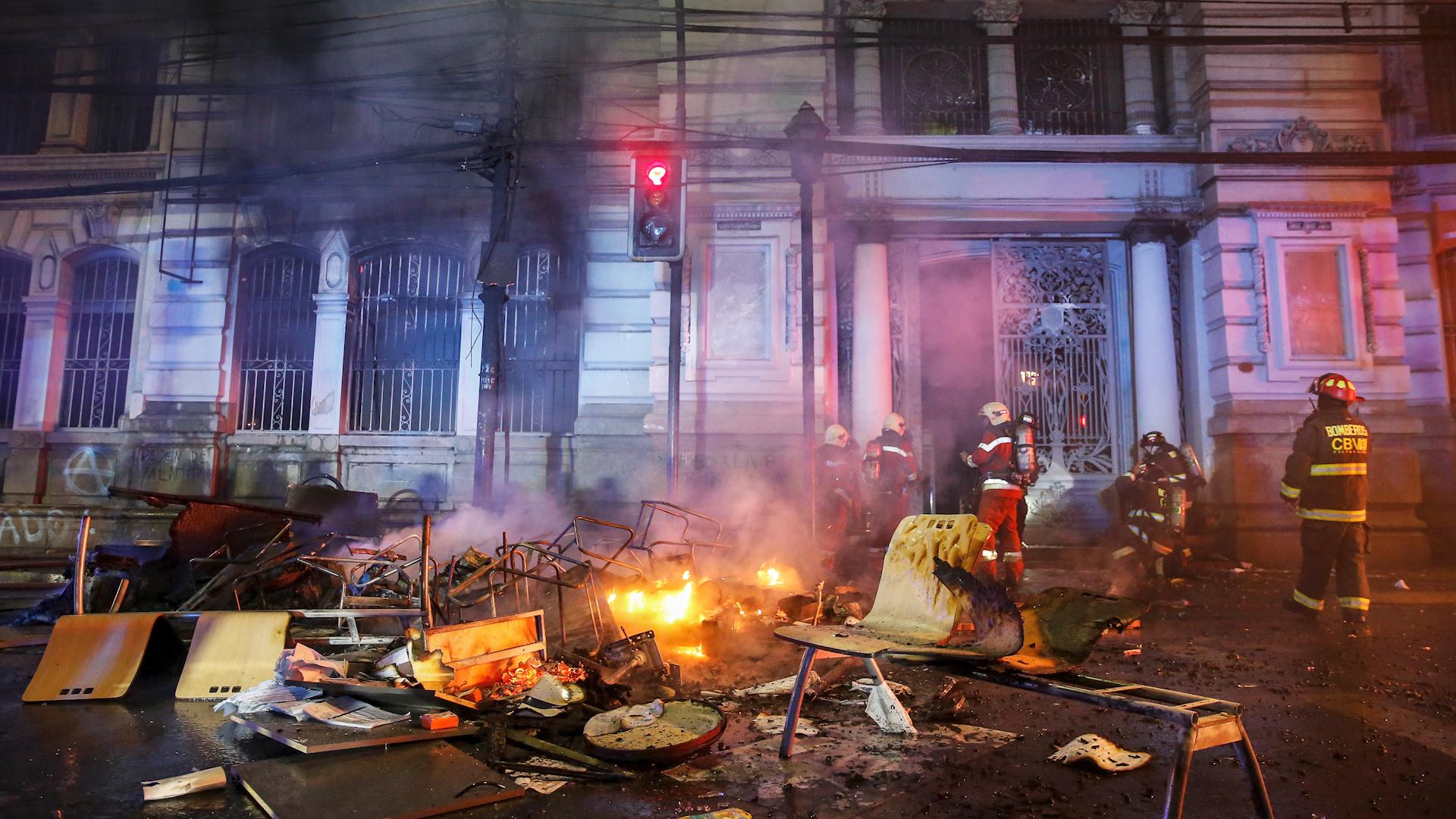En Valparaíso, los manifestantes incendiaron la redacción local de El Mercurio, el diario más antiguo en circulación en Chile.