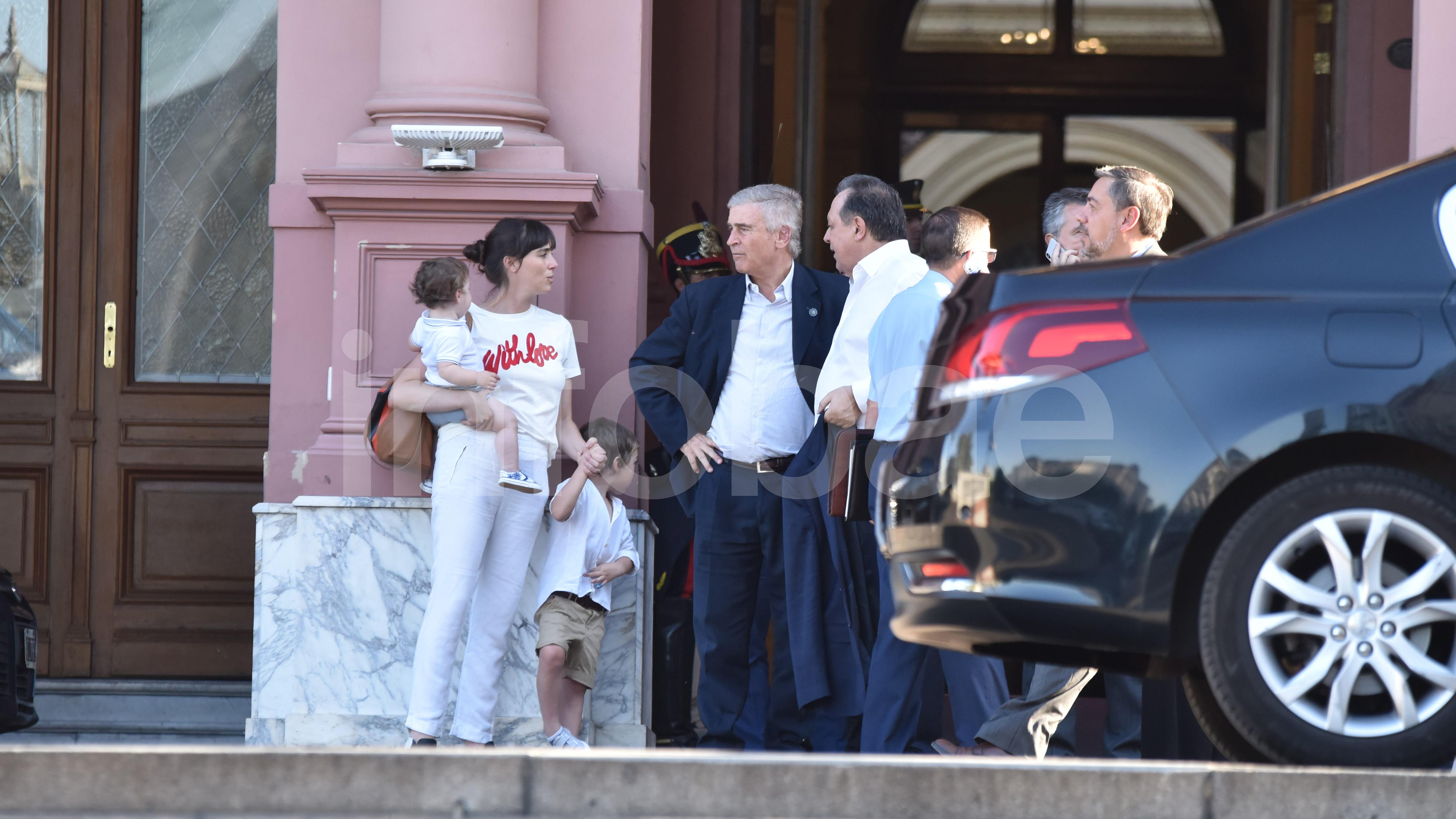 El ministro de Defensa Oscar Aguad presentó su renuncia junto al resto de los ministros. A pesar de que representa una mera formalidad, todas fueron aceptadas mediante un decreto presidencial