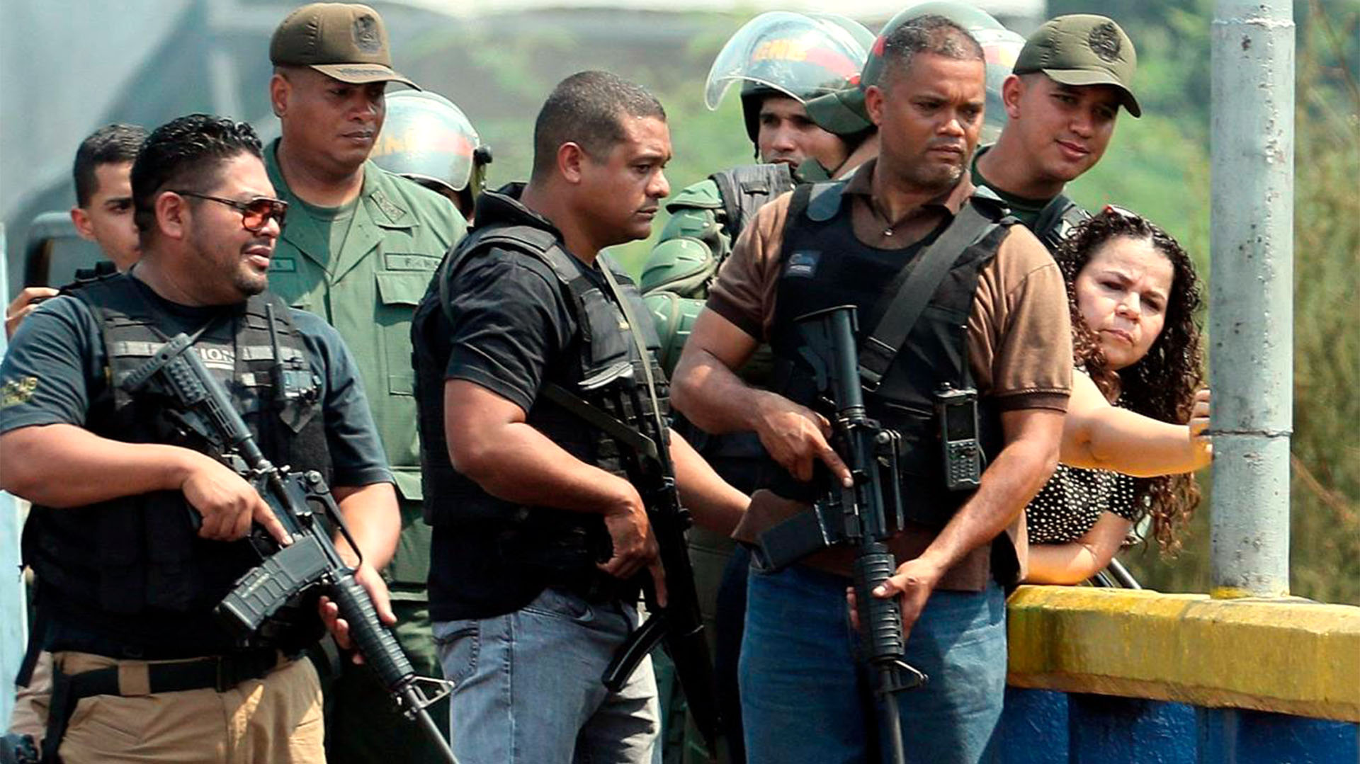 Iris Varela, ministra del servicio Penitenciario de Venezuela, rodeada de un grupo de civiles armados
