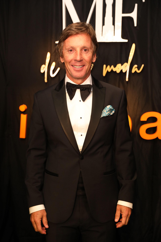 Alejandro Gravier lució impecable y acompañó a su mujer Valeria Mazza en la gran noche de la moda. El diseño de su smoking lo hizo su modisto milanés