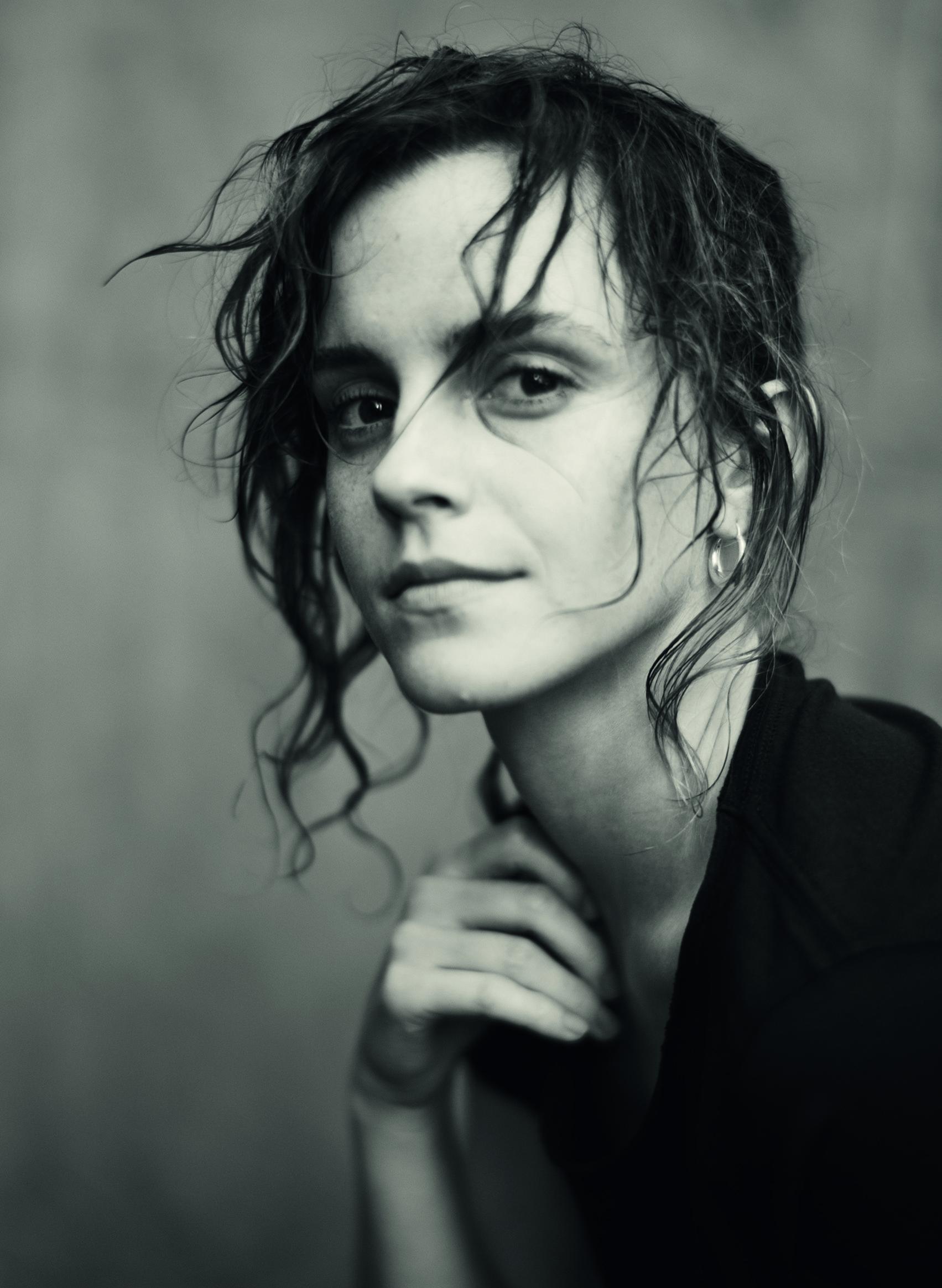 """Emma Watson, siempre presente en los Calendarios de la marca. """"Iba en busca de un alma pura, rebosante de inocencia, fuerza, belleza, ternura y coraje. La vislumbre en los ojos, los gestos y las palabras de Emma y Yara, de Indya y Mia. En las sonrisas y lágrimas de Kristen y Claire. En las voces y los cantos de Chris y Rosalía. Y en Stella, la inocencia. Porque hay una Julieta en cada mujer y nunca voy a dejar de buscarla"""", cuenta Roversi"""