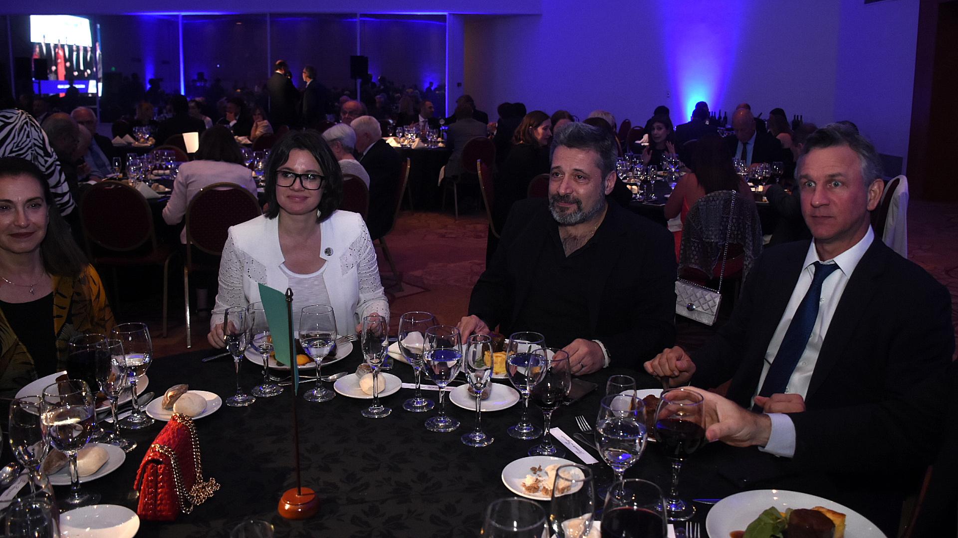 La periodista Gisela Marziotta, Víctor Santa María (Editor General de Grupo Octubre) y el periodista Fernán Saguier