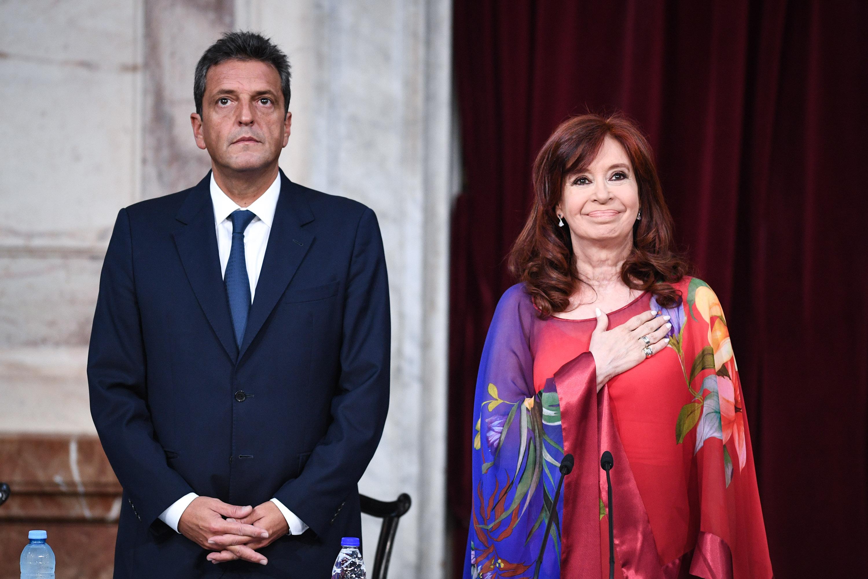 El atuendo de la vicepresidenta Cristina Kirchner sin dudas fue el que se llevó todas las miradas. Según las expertas en colorimetría, el rojo es el color que se utiliza para destacarse entre la multitud. En general es una manera de comunicar a los demás
