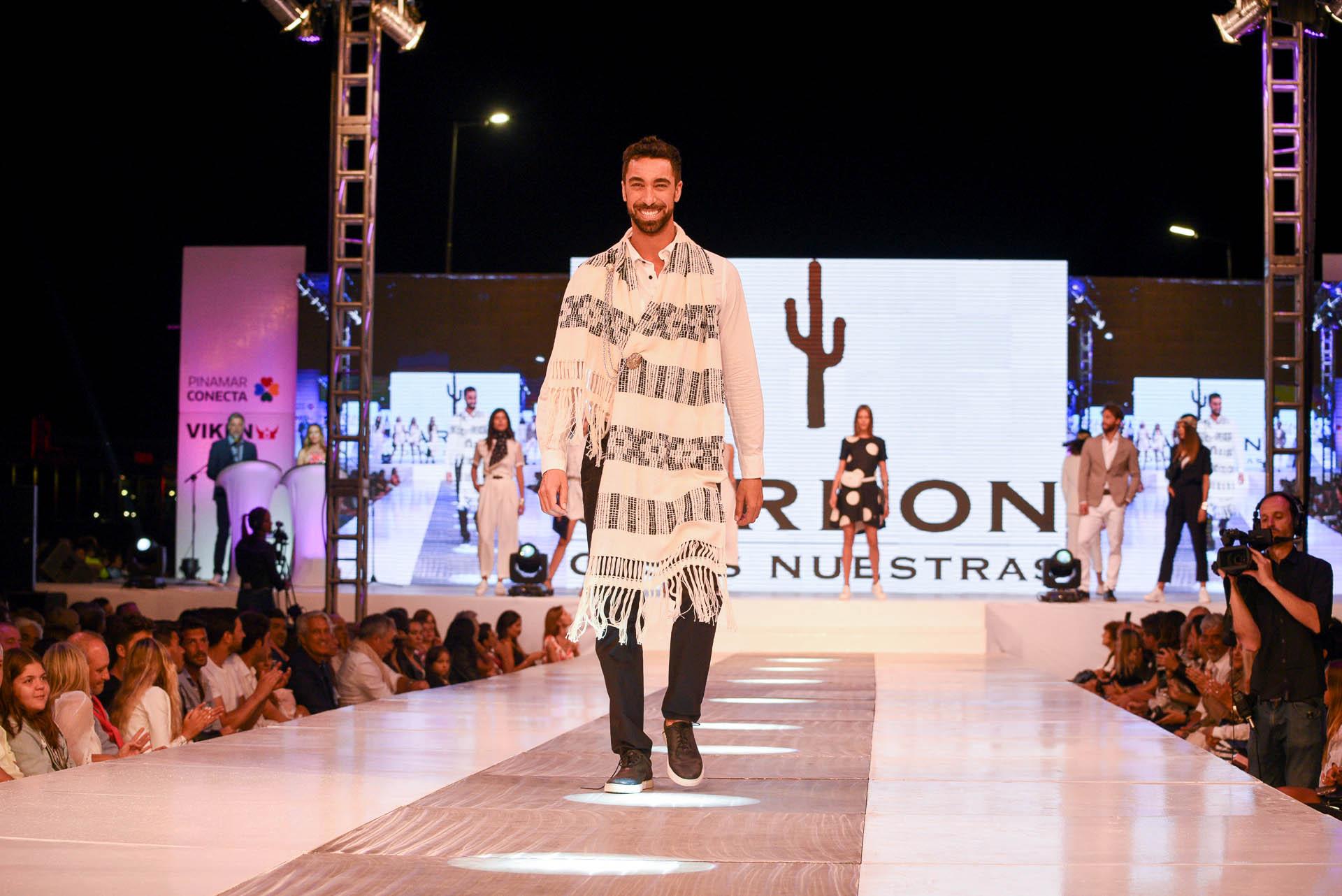 La encargada de abrir el show fue la pasada de la reconocida firma argentina Cardon, la marca de indumentaria que rescata la identidad cultural argentina. Los modelos lucieron looks en blanco y negro