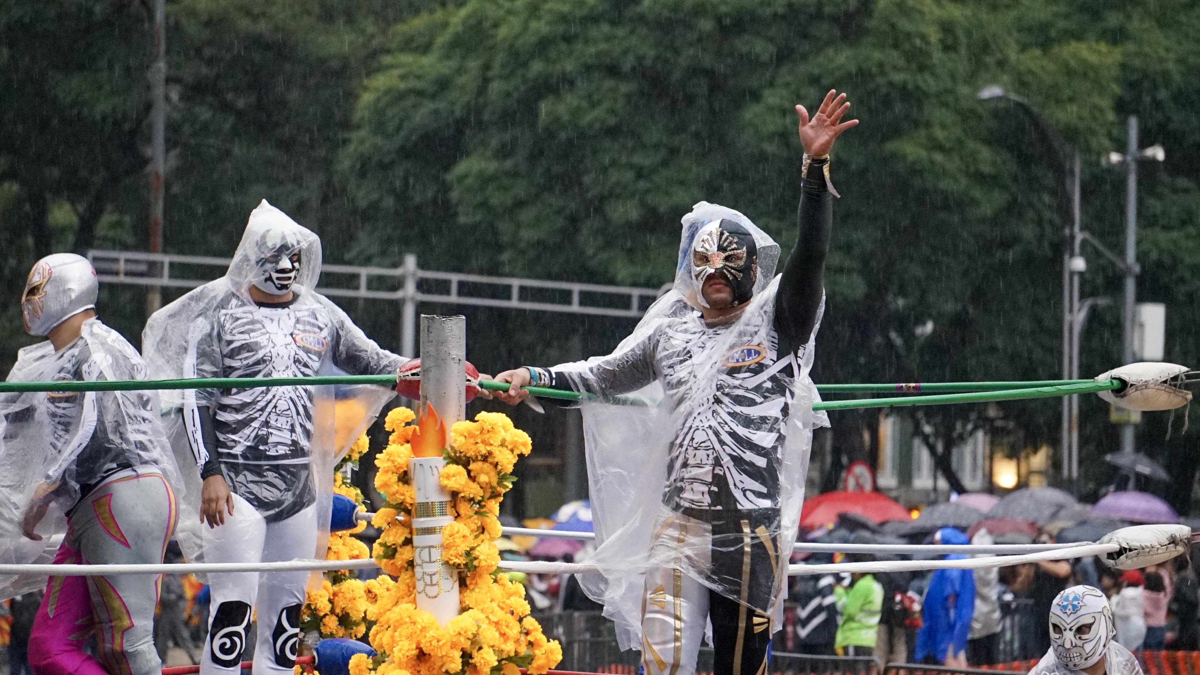 Los enmascarados tuvieron que cubrirse de la lluvia