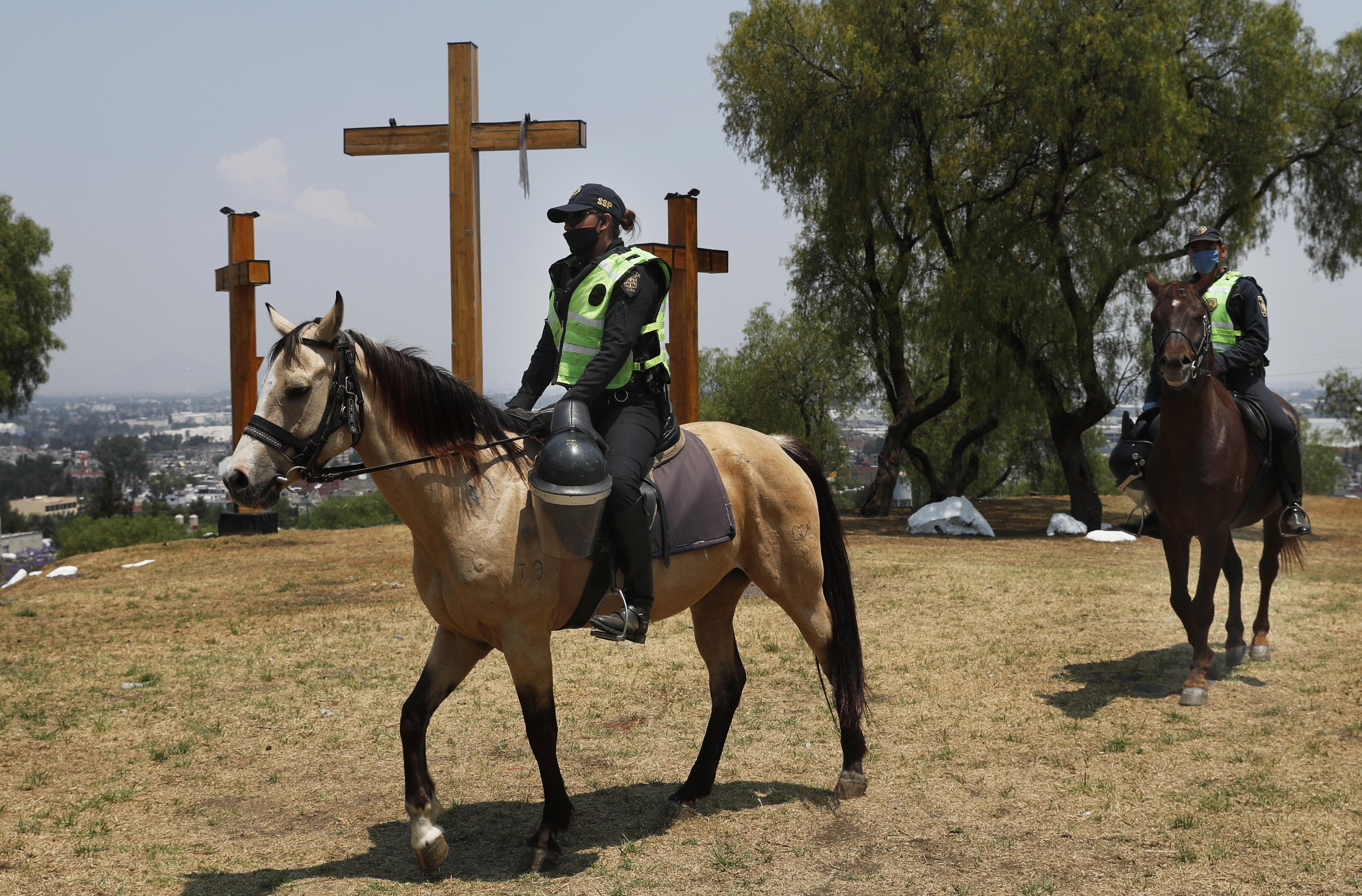 Elementos de la policía montada resguardaron las inmediaciones del Cerro de la Estrella (Foto: Marco Ugarte/AP)