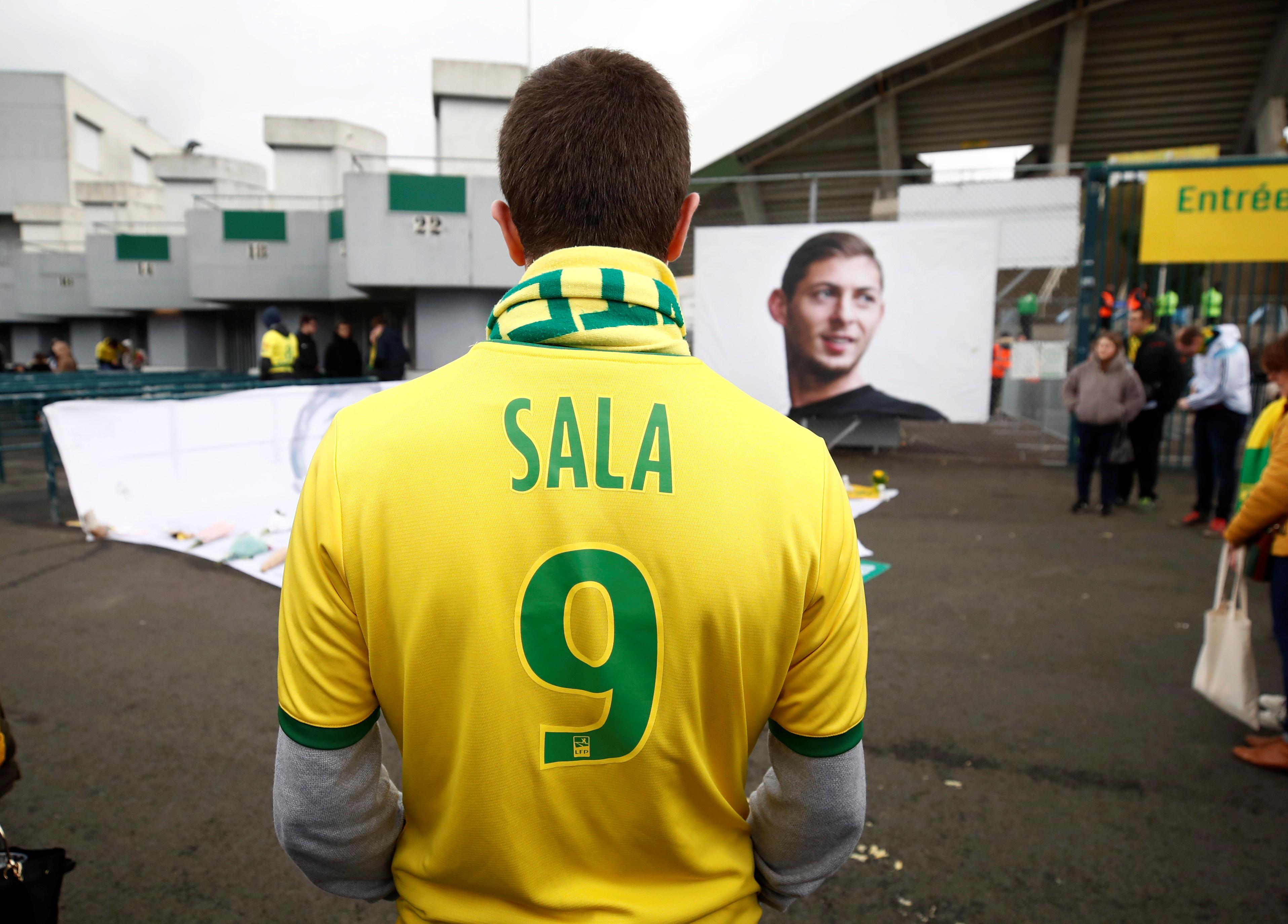 Muchos aficionados, antes de entrar en el estadio, se dieron cita delante de una de las puertas de acceso al recinto, donde dejaron flores y mensajes ante una fotografía gigante de Sala