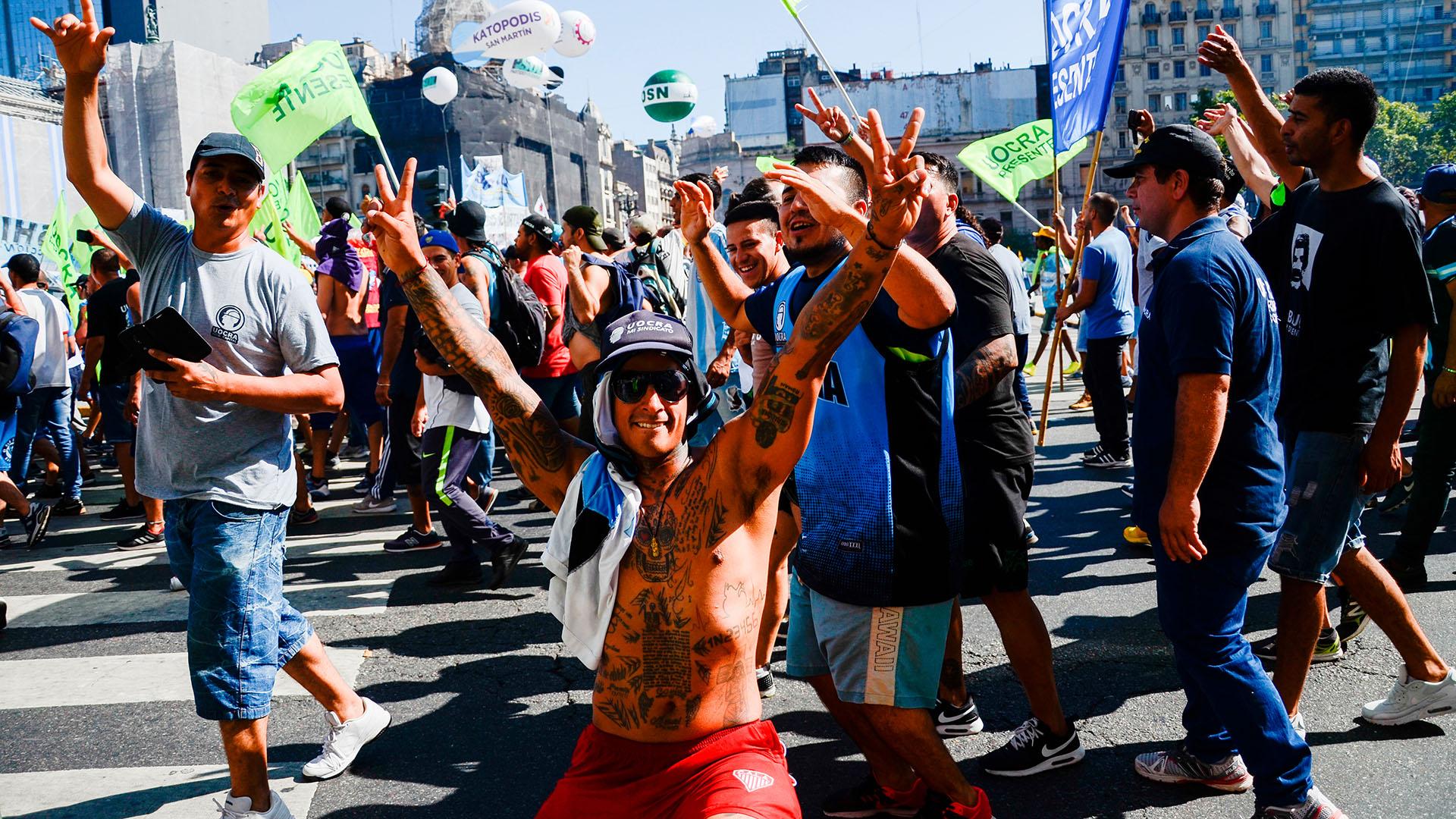 El color y las movilizaciones de militantes kirchneristas en el exterior del parlamento