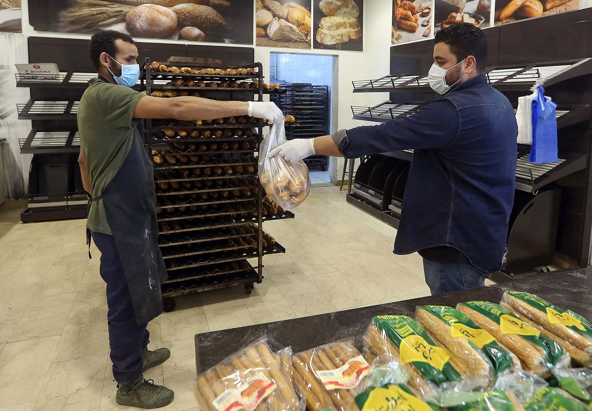 Un hombre compra pan en Tripli, la capital de Libia.
