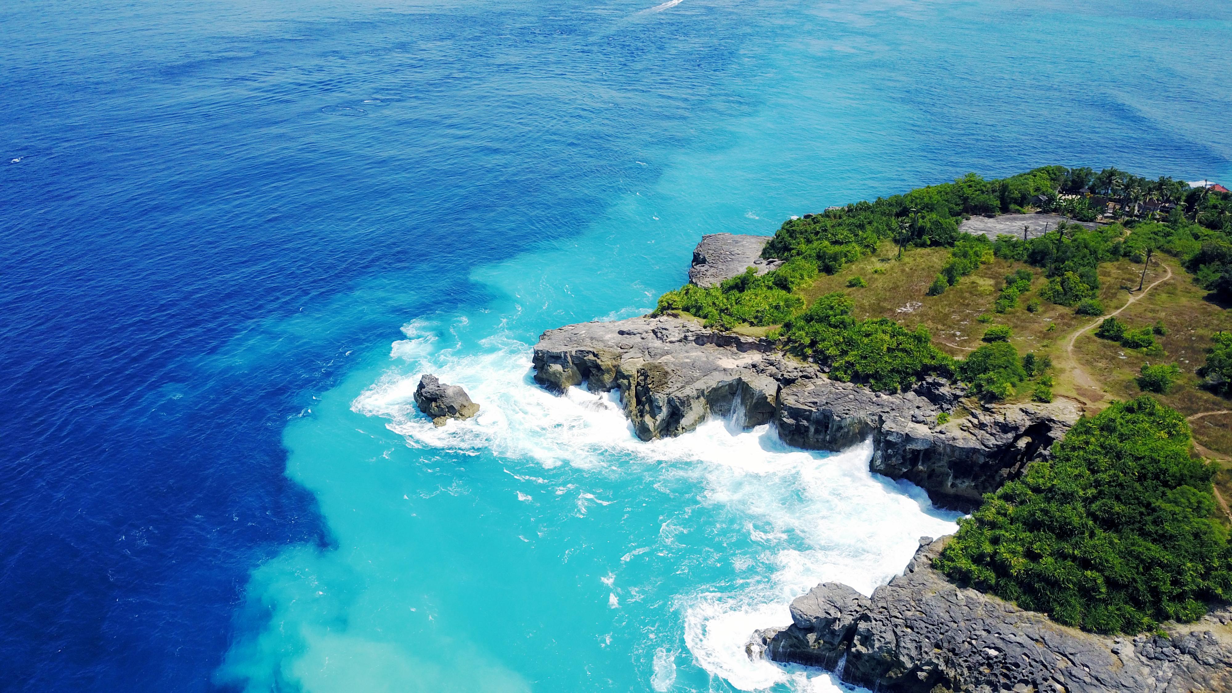 La playa Blue Lagoon se encuentra a orillas de la montañosa isla volcánica de Nacula, una de las islas Fiji