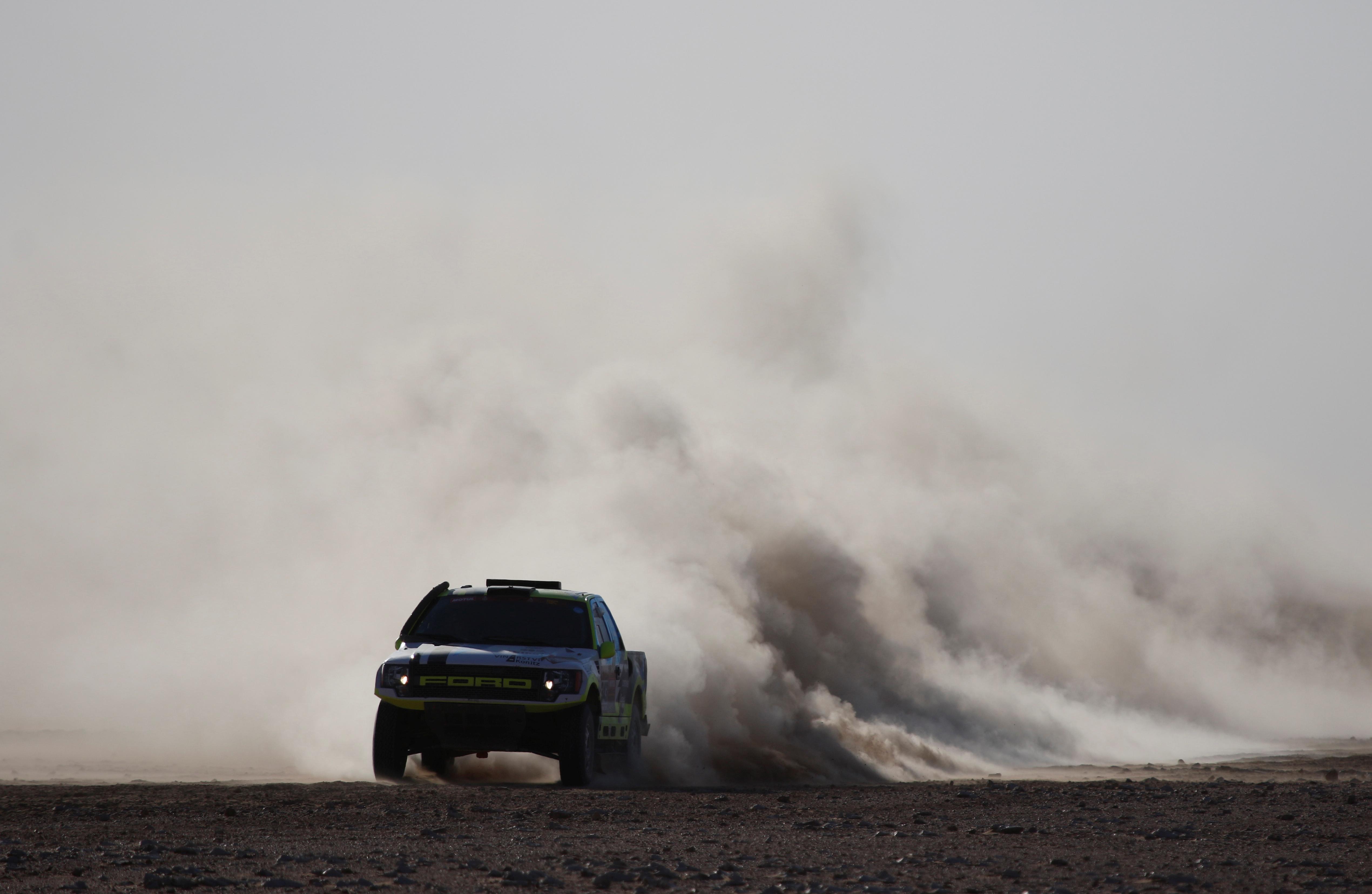 La etapa, disputada entre Wadi Al Dawasir y Haradh se la adjudicó el francés Stéphane Peterhansel en autos, que está tercero en la general