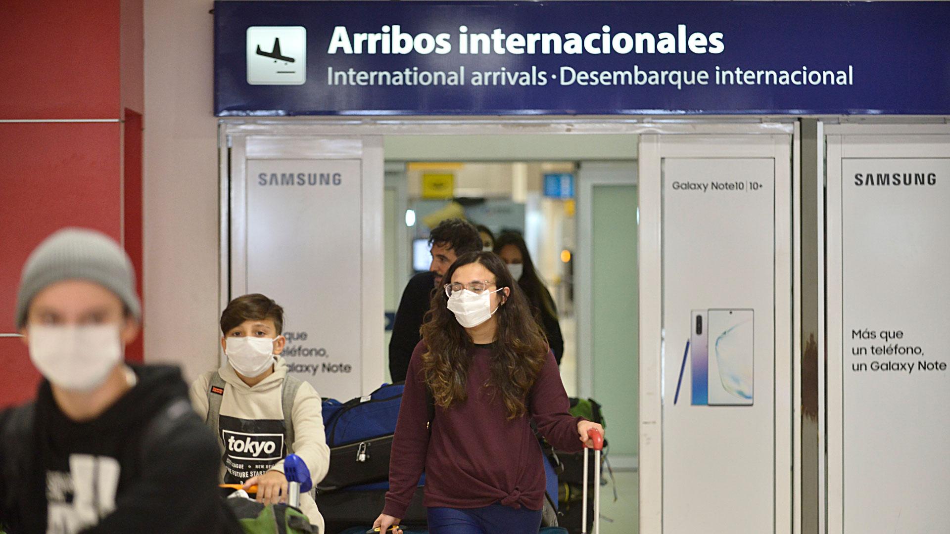 Mas allá de los protocolos sanitarios, Aeropuertos Argentina 2000 informó que viene realizando desde enero procedimientos de limpieza y desinfección profunda; y que en los últimos días incrementó la desinfección de pasamanos y picaportes, así como también el interior de las mangas utilizadas por los vuelos directos desde Italia