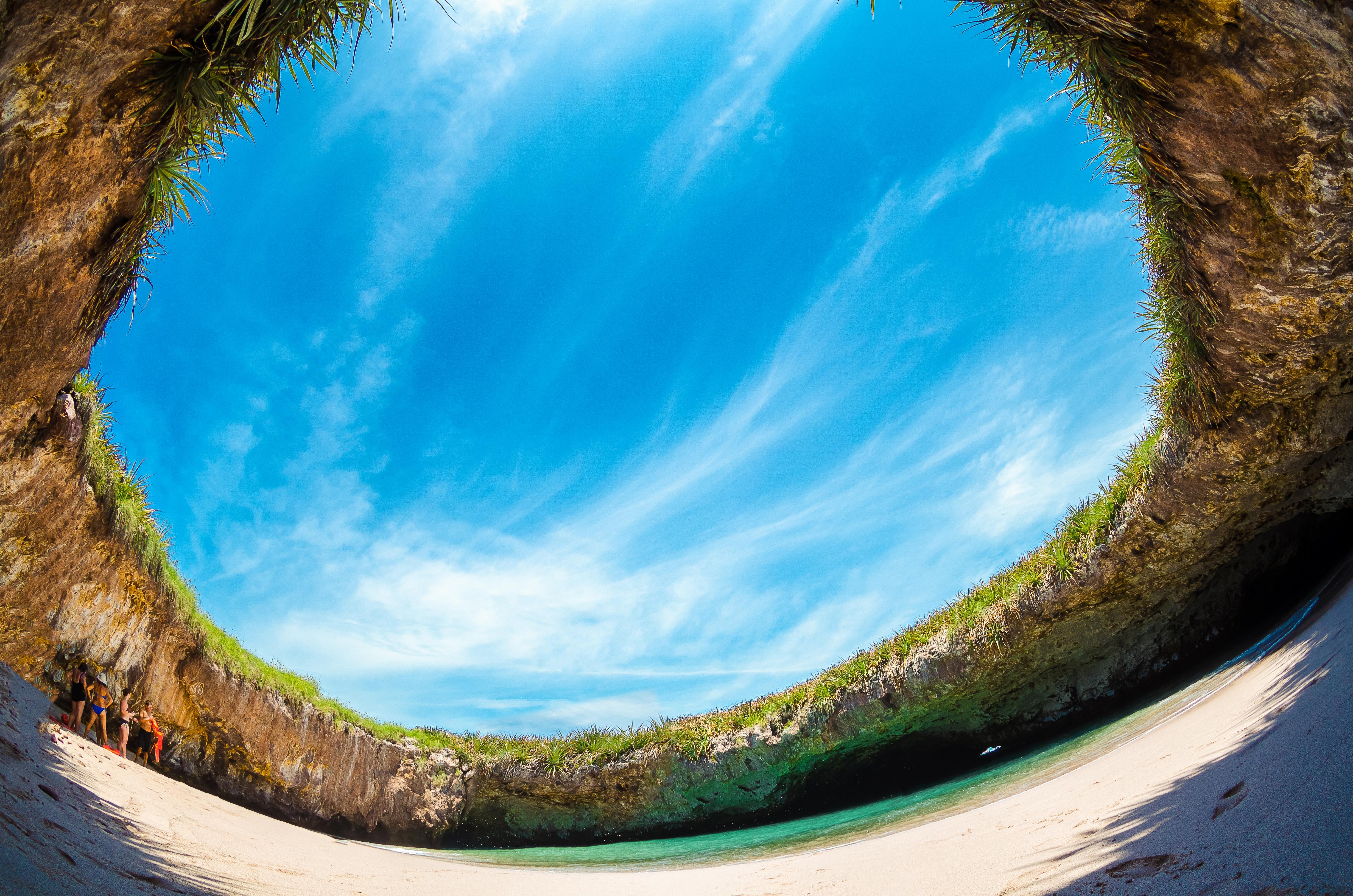 Sin duda es una de las playas más interesantes del mundo. Ubicada a solo 1 hora en barco desde Puerto Vallarta en las Islas Marietas, la única forma de llegar a la arena dorada de Hidden Beach es saltando de un bote y nadando hacia allí o con un kayak a través de un túnel hasta la orilla