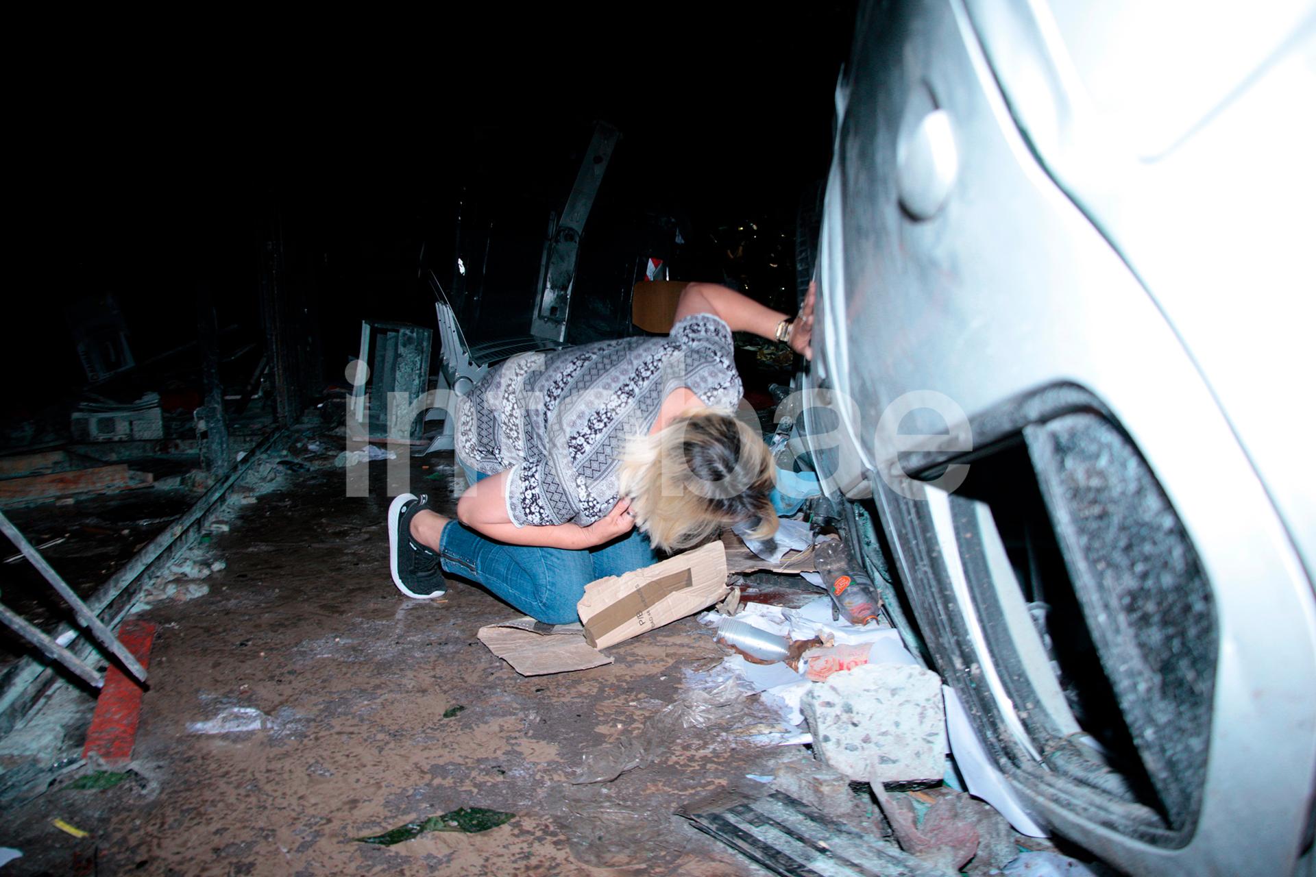 Un vehículo que estaba estacionado junto al edificio de la UTA fue destrozado. Los sindicalistas lo dieron vuelta y lo usaron como una suerte de escalera para subir al techo de la galería.