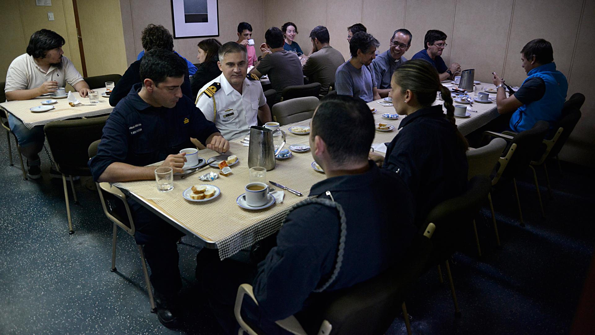 Los tripulantes del buque desayunan en el comedor del Irízar