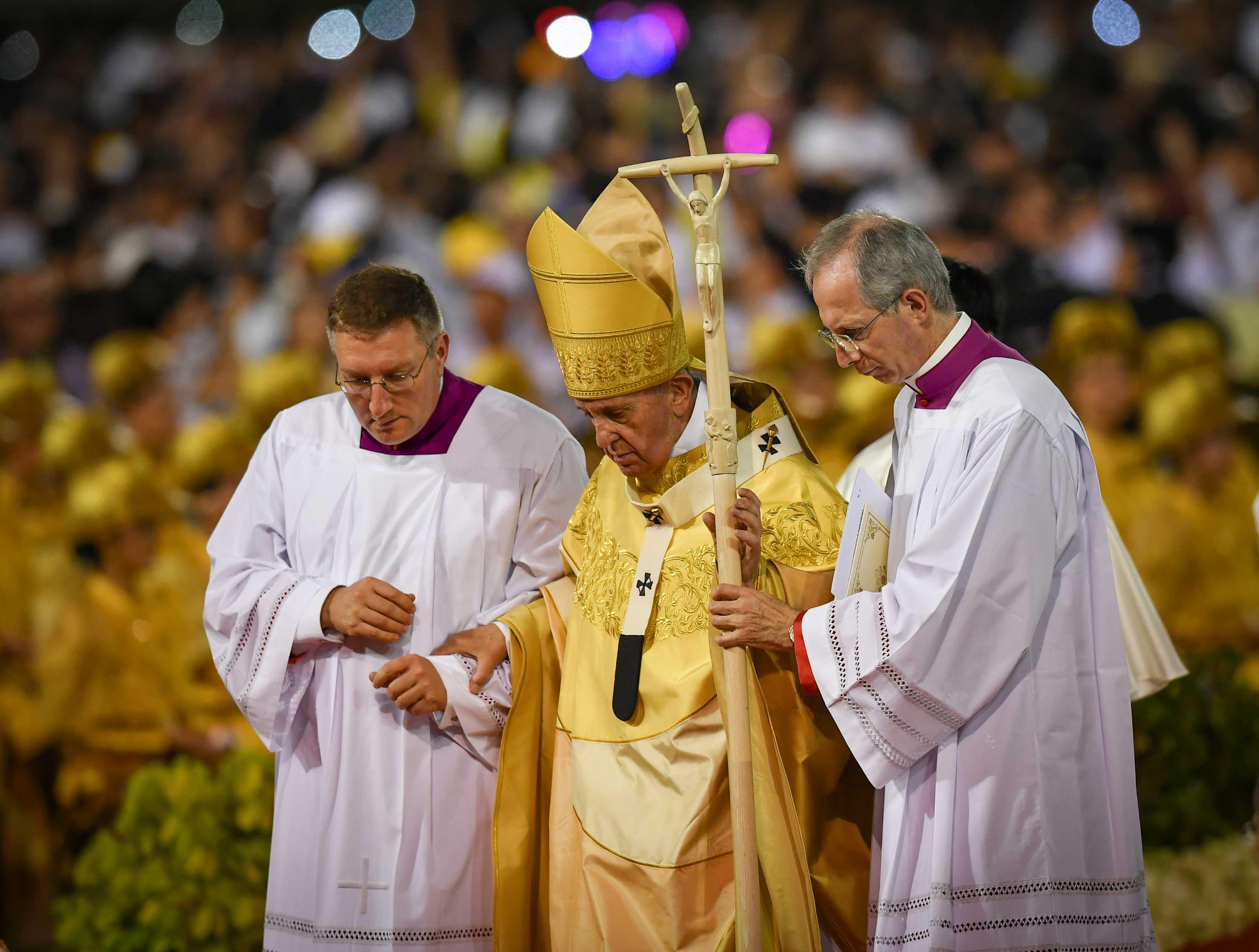 Francisco acompañado por obispos durante la misa. (AFP)