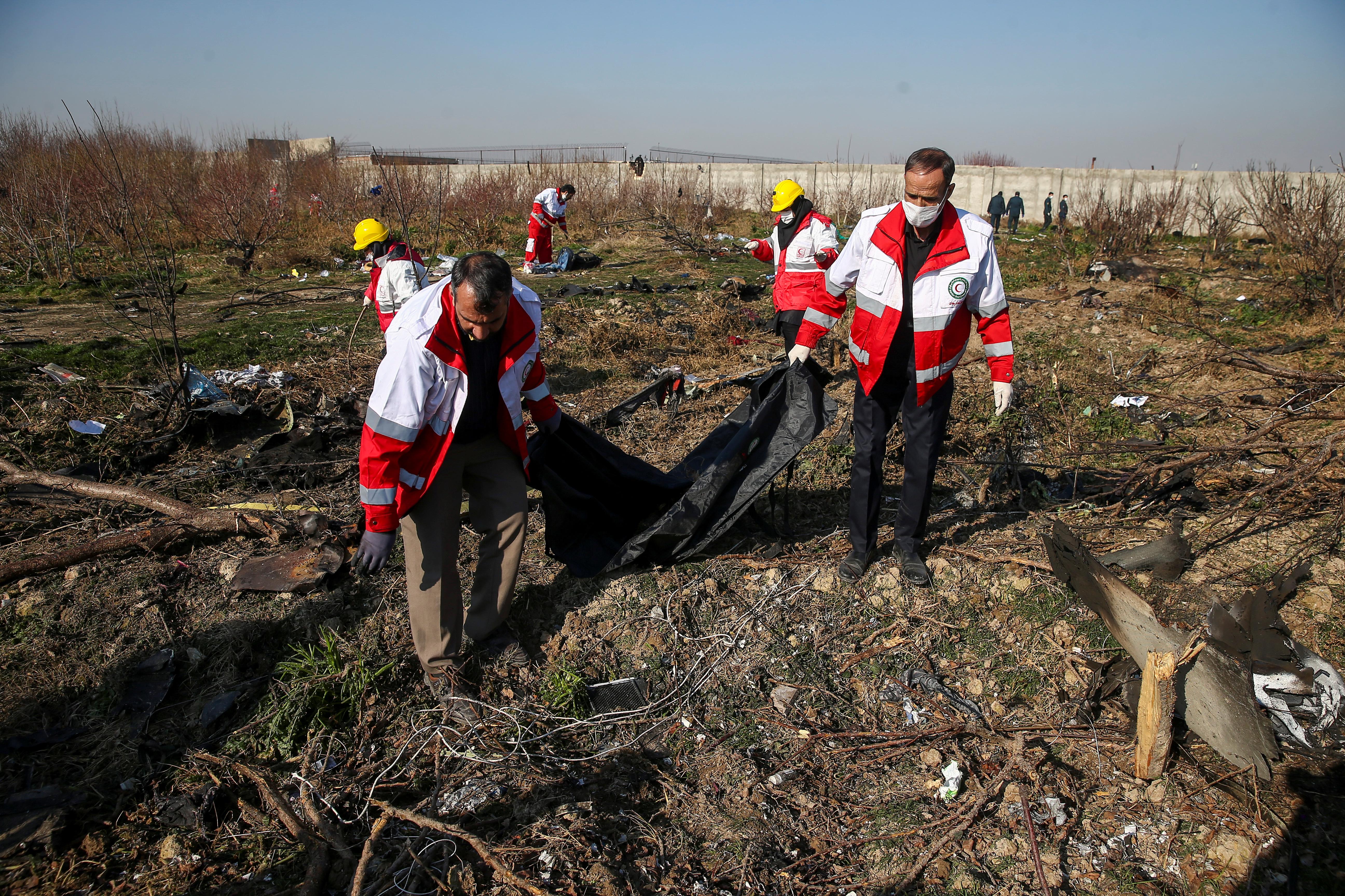 Los equipos de rescate iraníes encontraron las cajas negras del avión ucraniano que se estrelló el miércoles poco después de despegar de Teherán con 176 personas a bordo (REUTERS)