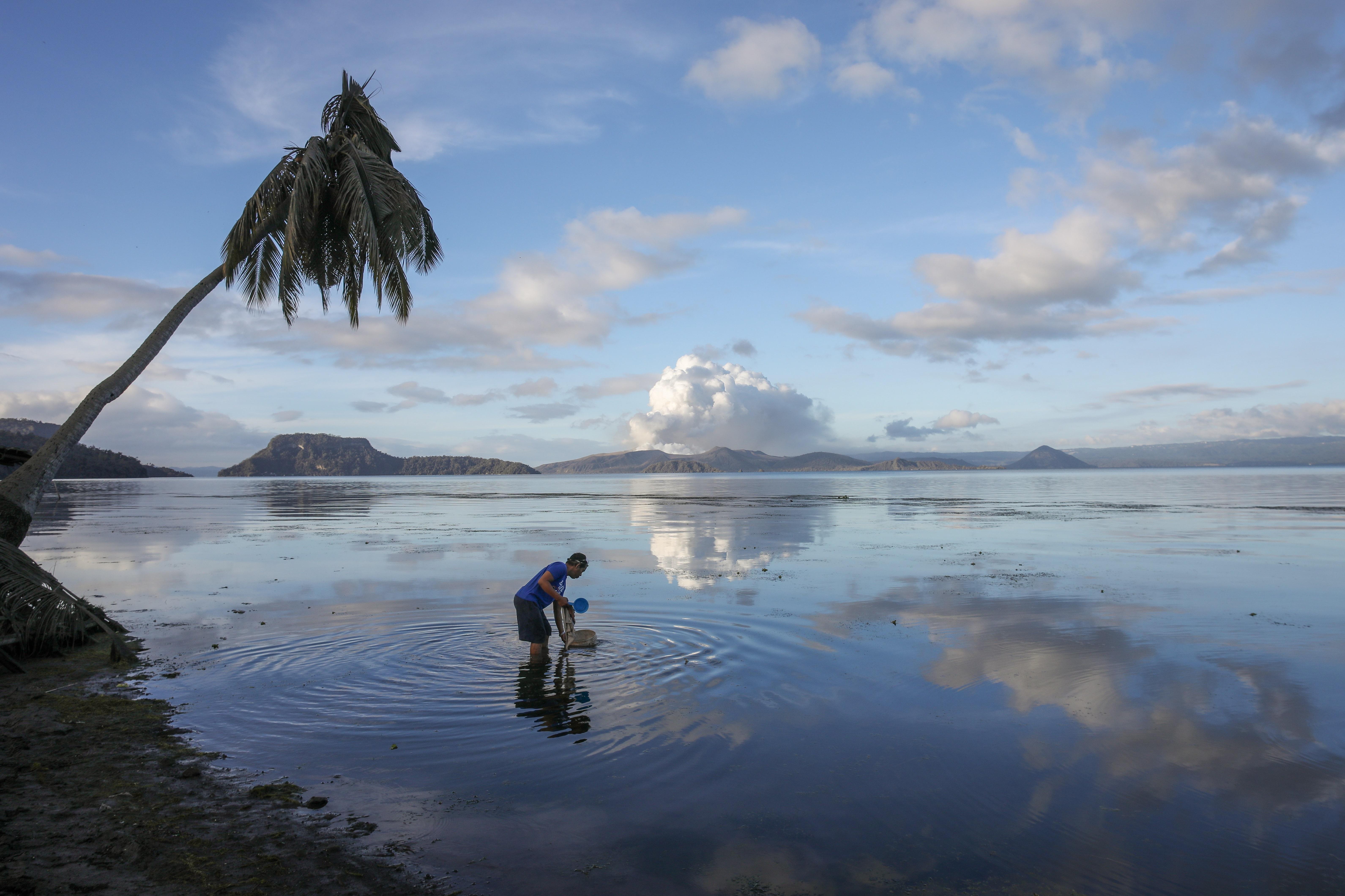 El volcán Taal arroja lava a media milla de altura y tiembla con terremotos constantemente mientras miles de personas huyen de las aldeas oscuras. y cubierto por una pesada ceniza. (EFE)