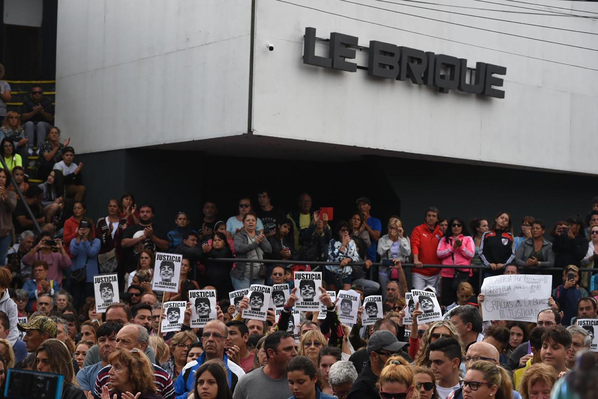 También se realiza una movilización frente al boliche Le Brique en Villa Gesell