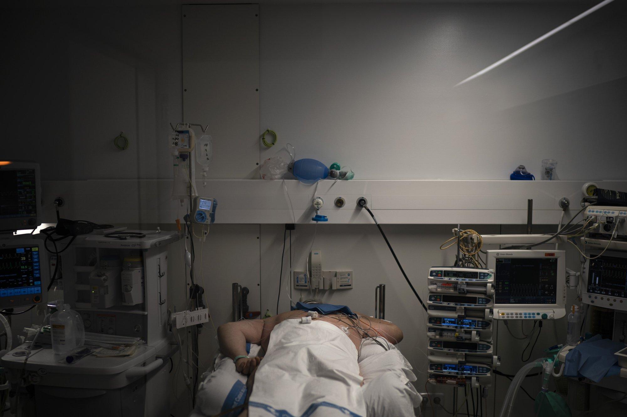 Un paciente con COVID-19 se somete a tratamiento en una de las unidades de cuidados intensivos (UCI) del hospital Germans Trias i Pujol en Badalona (AP Photo/Felipe Dana)