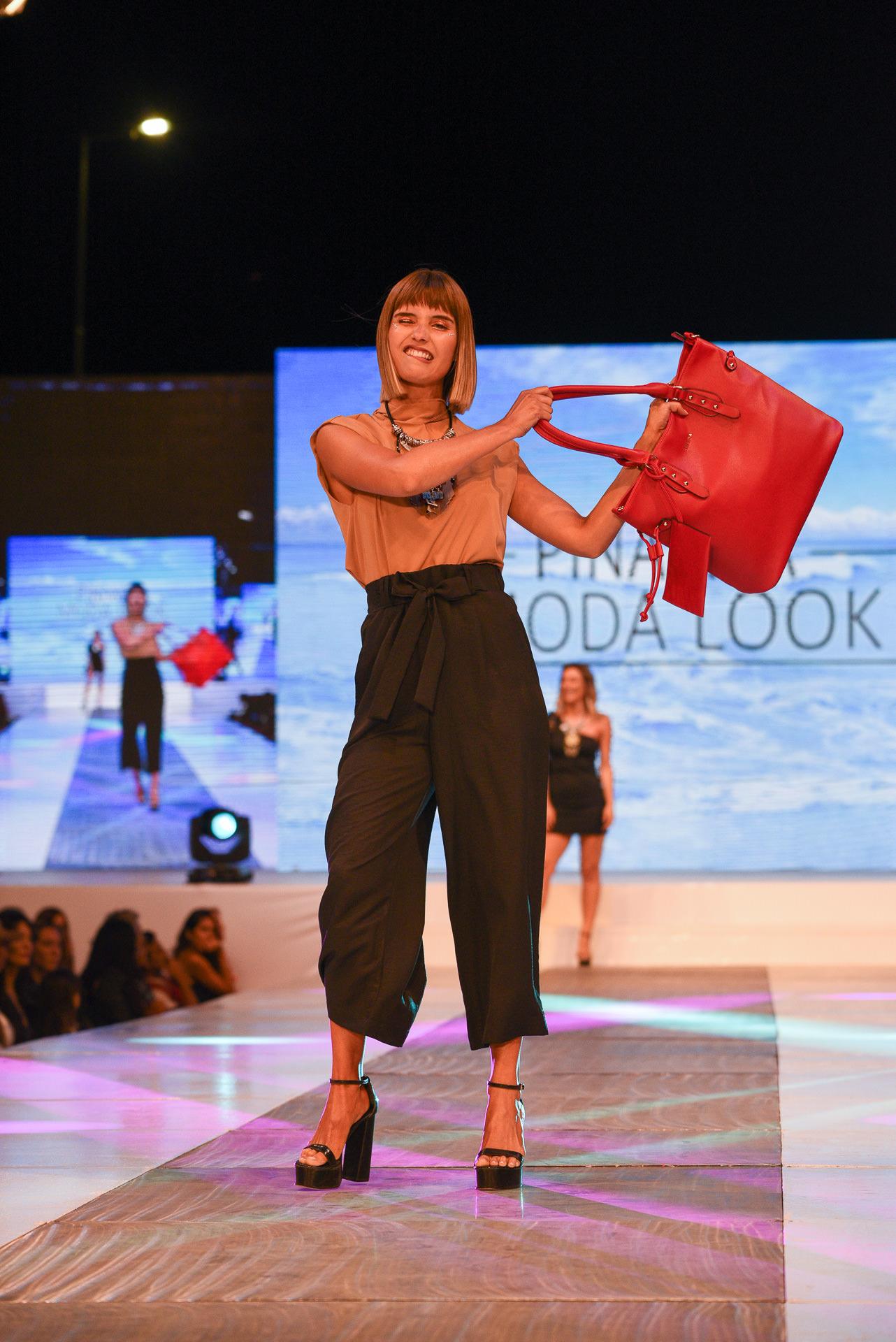 Andrea Donnay, la diseñadora de accesorios con estilo propio, fue la siguiente en presentarse. En su pasada abundaron los cinturones, collares, vinchas y aros XXL
