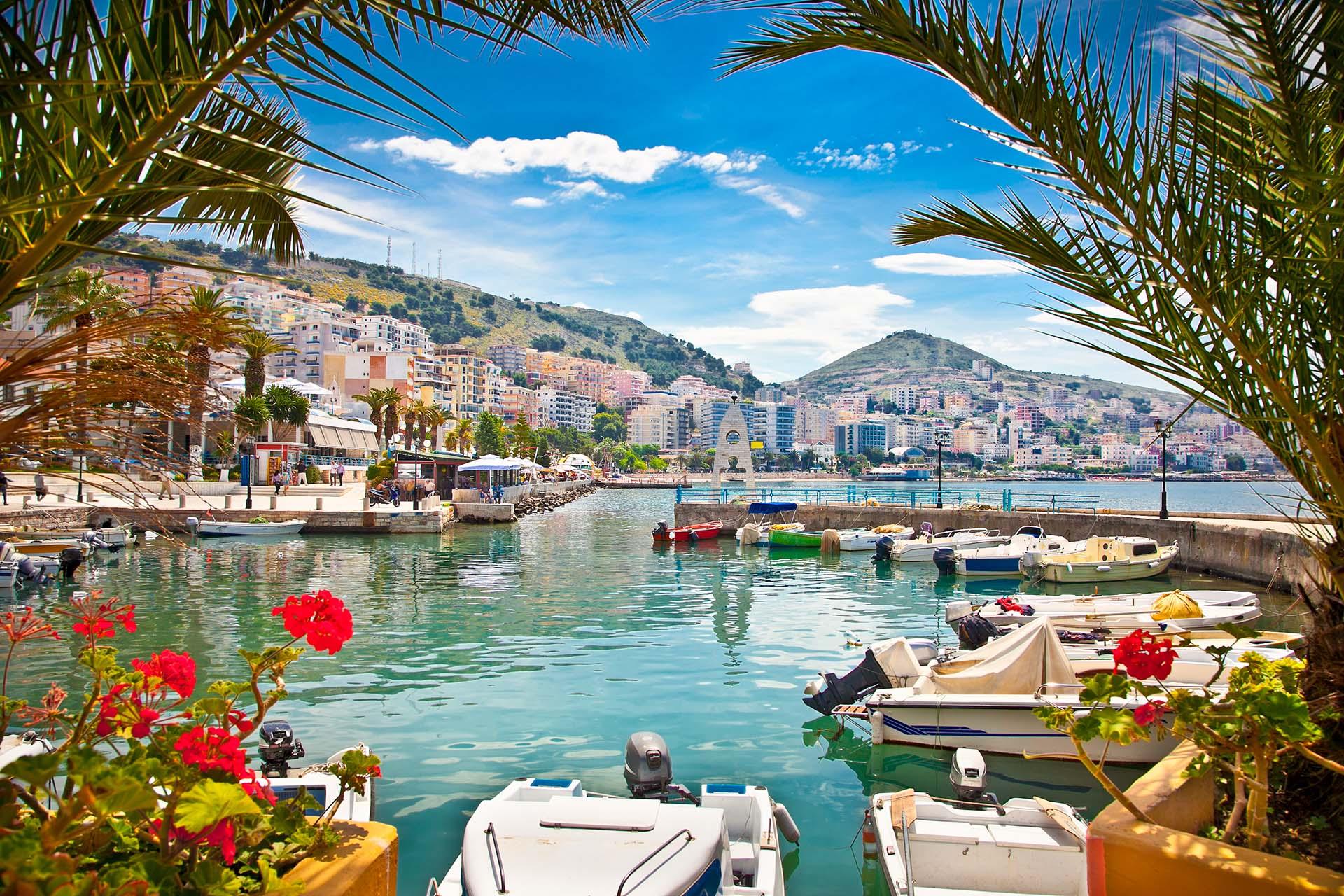 Albania ha sido durante mucho tiempo el enigma de la Europa mediterránea. Hasta hace poco, sus montañas arruinadas, ciudades fortificadas y playas brillantes eran simplemente un rumor en la mayoría de los mapas de viaje