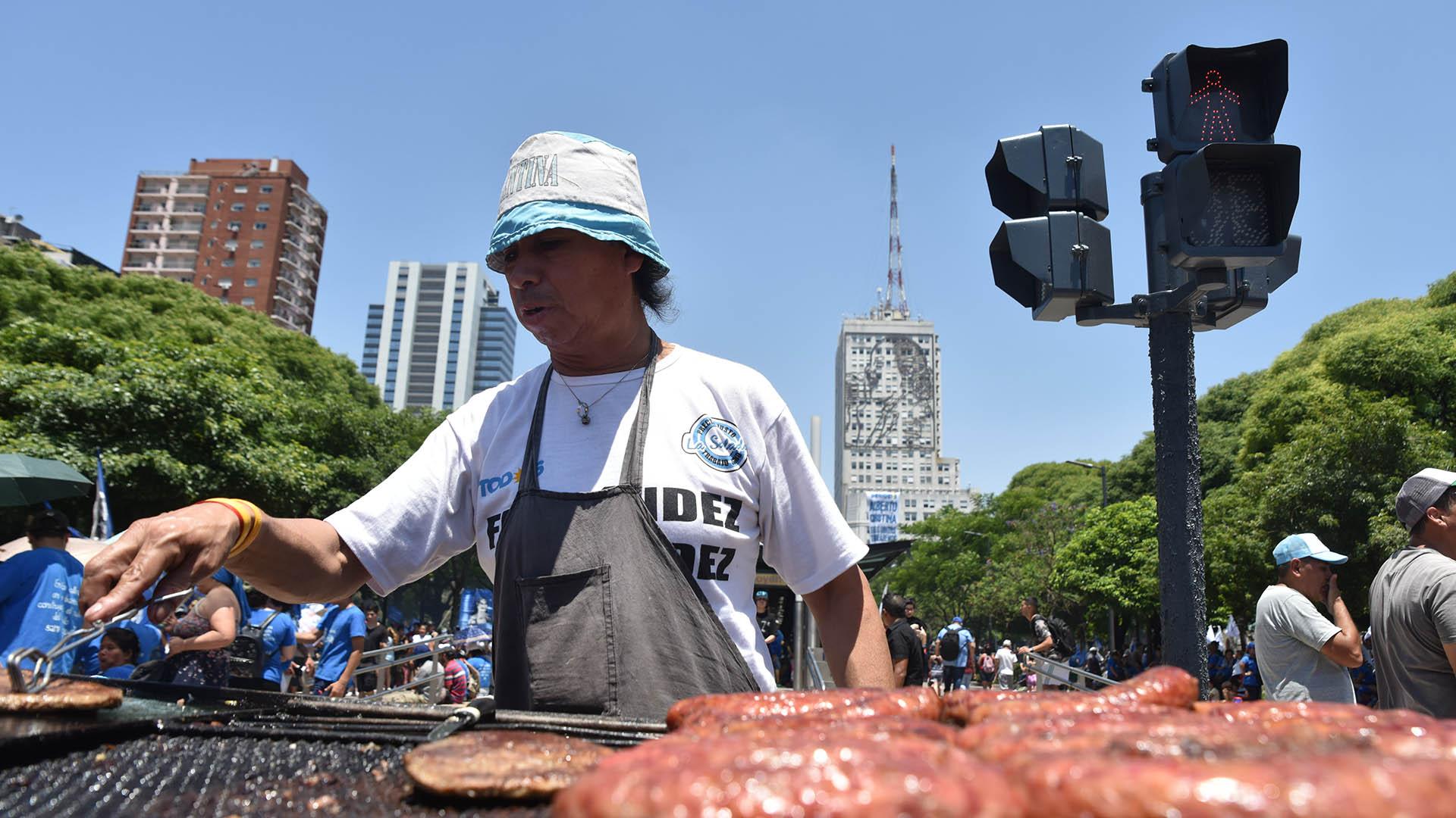 Los militantes instalaron puestos de comida en la avenida 9 de Julio