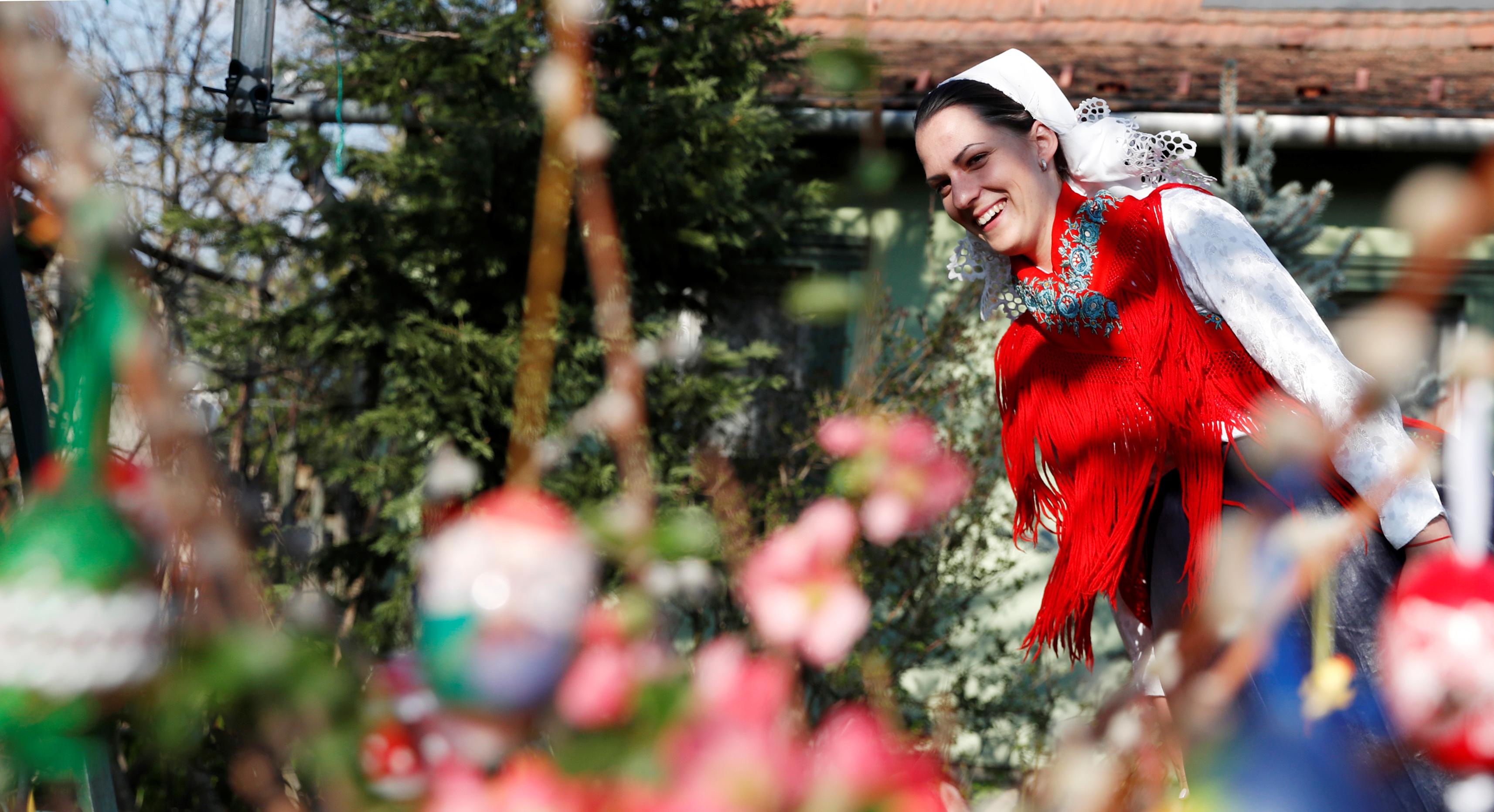 HUNGRÍA - Las celebraciones típicas por Pascuas no se cancelaron en Veresegyhaz, Hungría. Anna Jovanovic se vistió con los atuendos tradicionales de la fecha