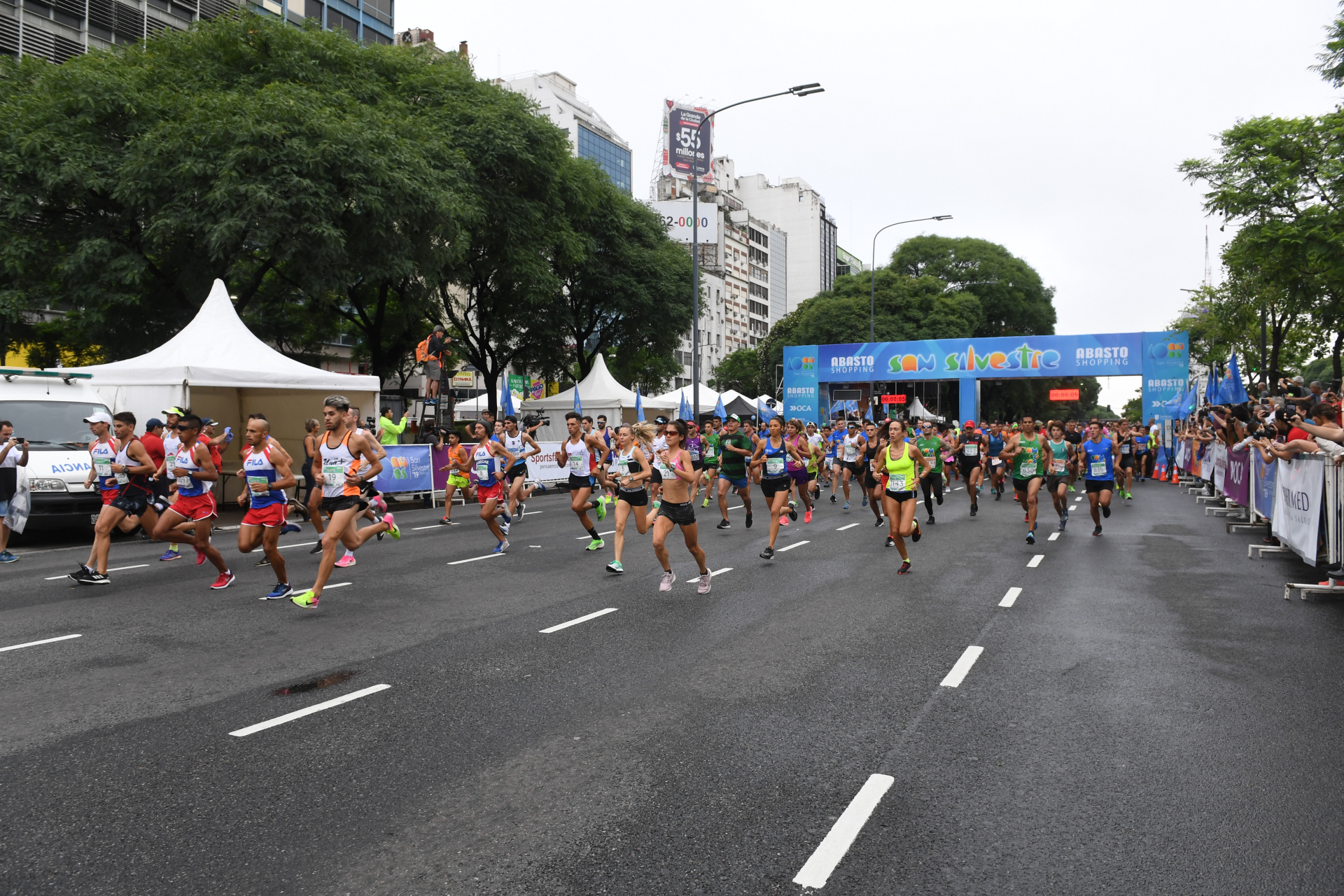 El mal clima no impidió la presencia de miles de corredores (Maximiliano Luna)