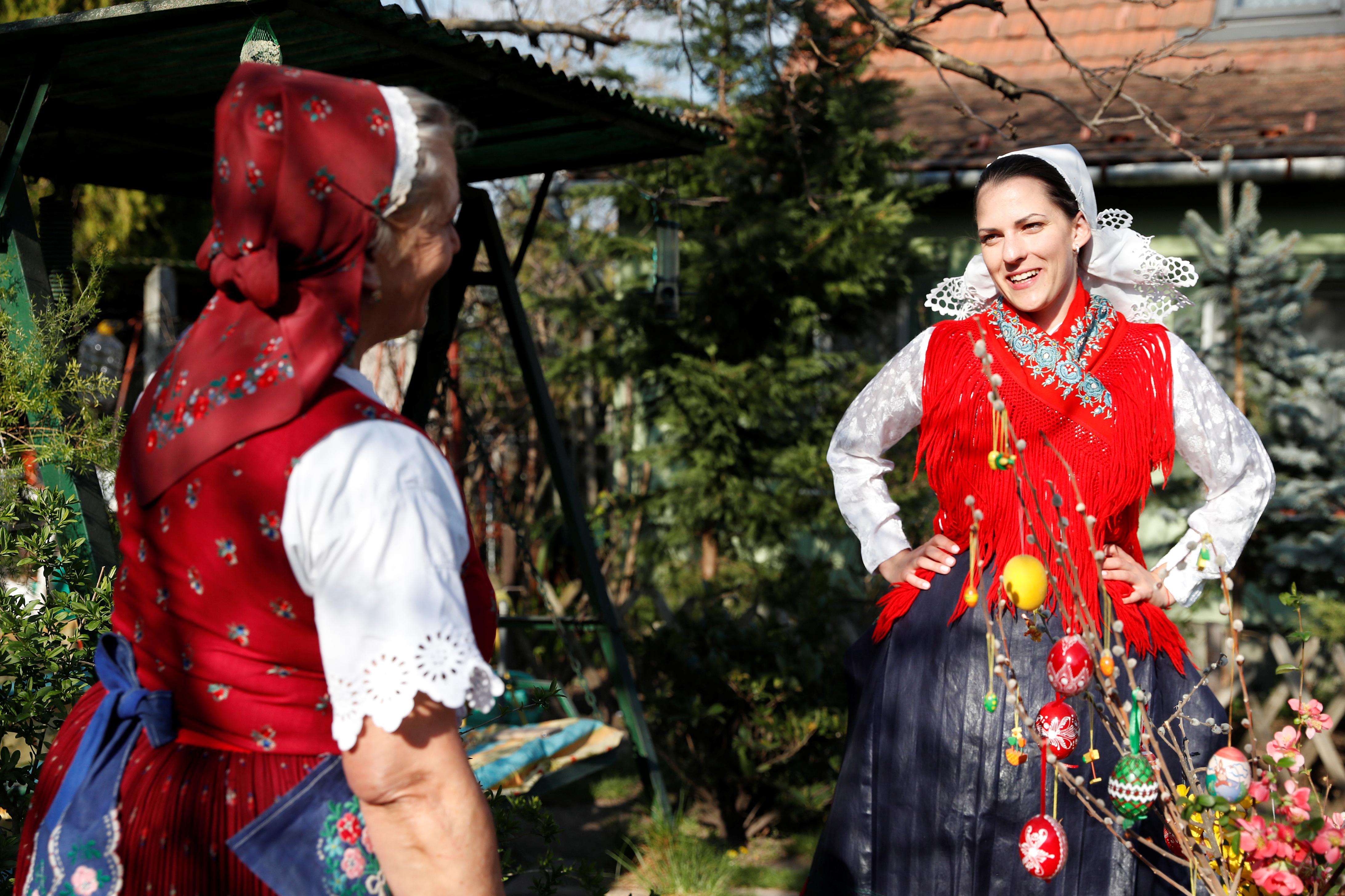 Iren Lengyel, de 66 años, se visitó para la ocasión y junto a varios vecinos celebraron las Pascuas, a pesar de la pandemia