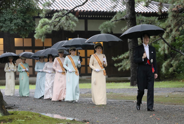 El Príncipe Heredero de Japón Akishino (derecha), su esposa, la Princesa Heredera Kiko (segunda a la derecha) y otros miembros de la familia imperial llegan a los santuarios del Palacio Imperial donde el Emperador Naruhito ascendió al trono (AFP)