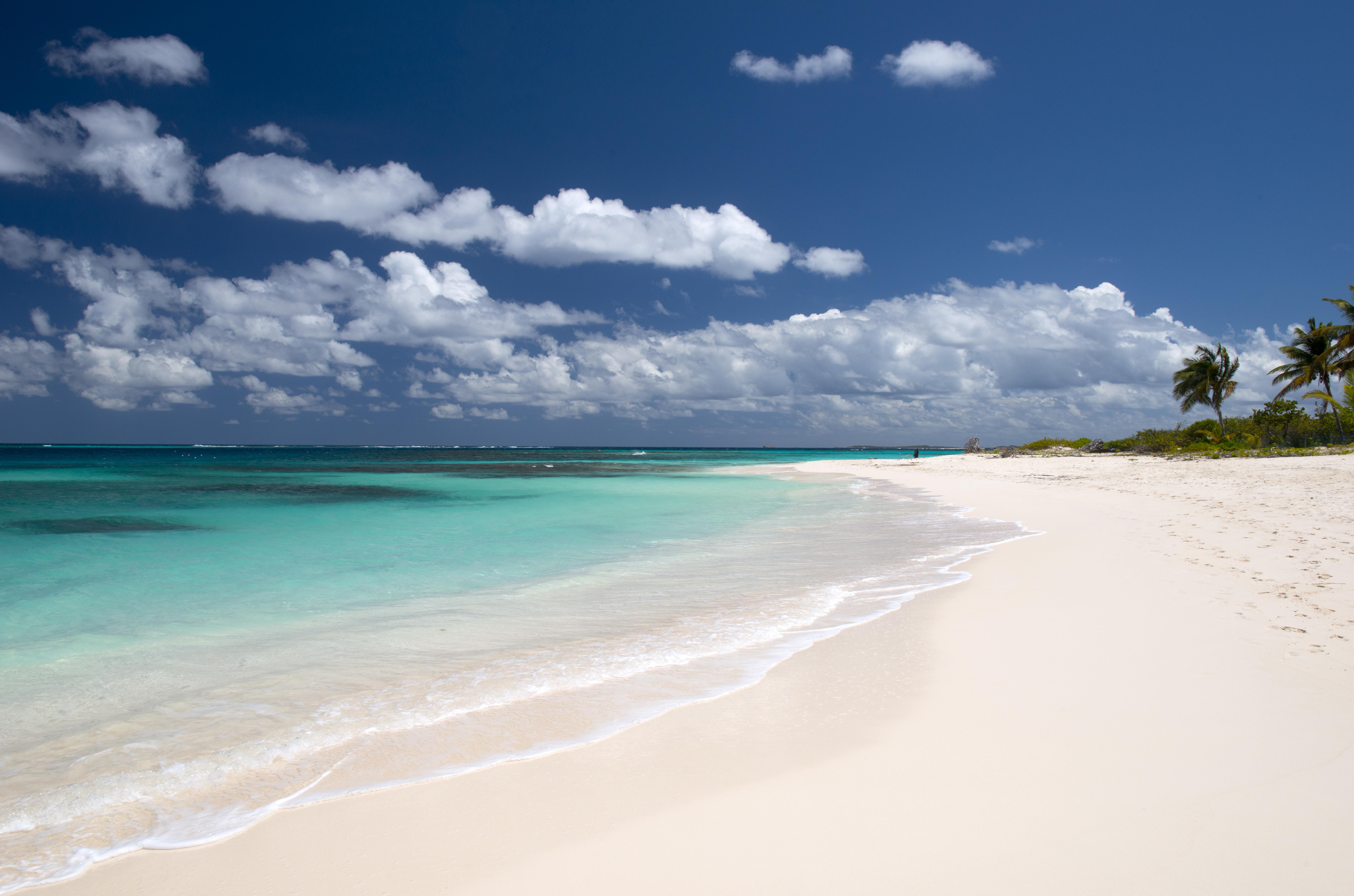 De las 33 playas de Anguila, esta es, por mucho, la más popular entre los visitantes. Los viajeros pueden disfrutar de los cielos azules y el aire fresco, bucear en los arrecifes poco profundos y probar deliciosos pescados frescos desde la comodidad de una de las mejores playas del mundo
