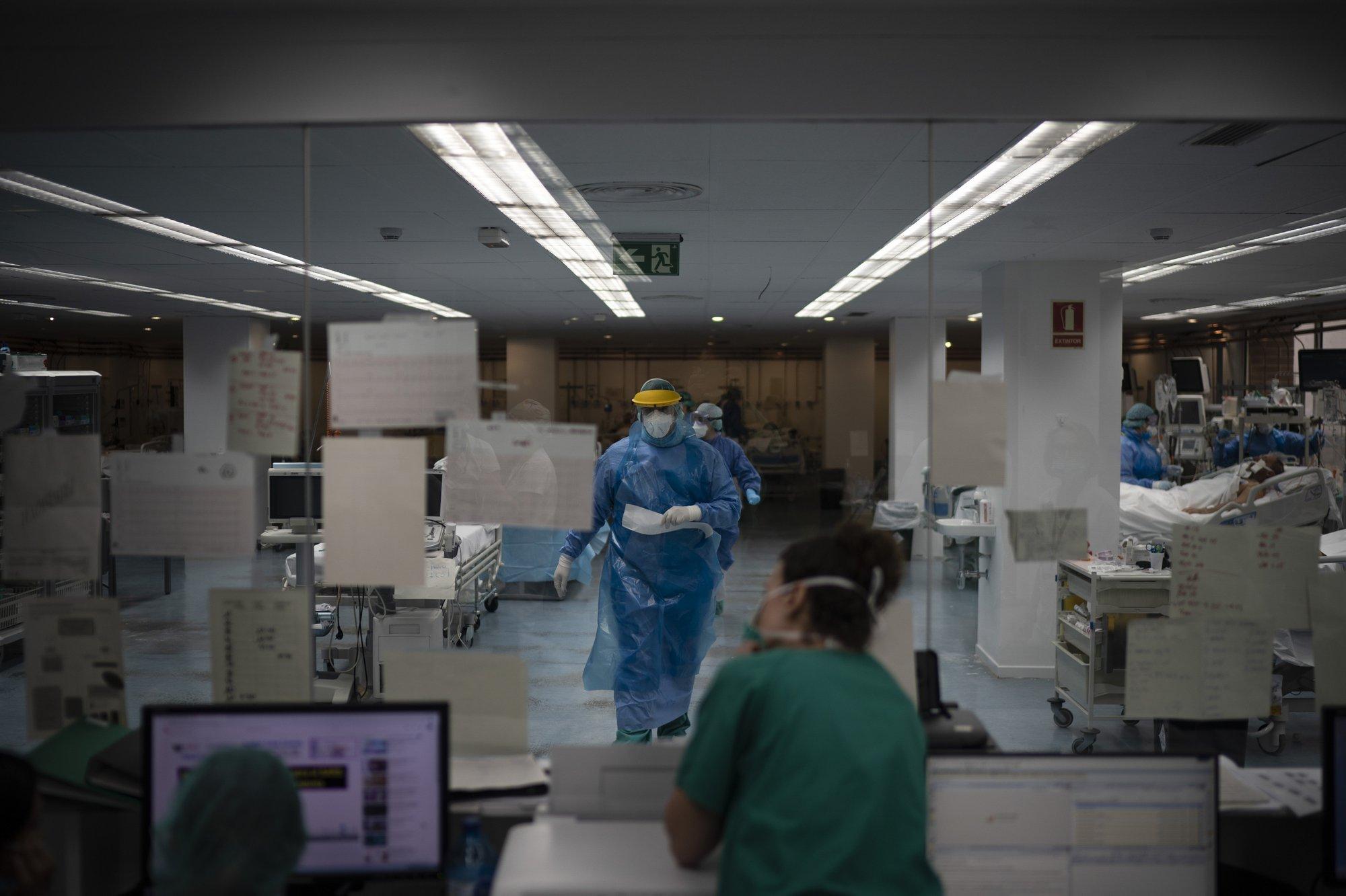 Los trabajadores de salud siguen enfocados en las tareas esenciales: monitorear signos vitales, administrar medicamentos, manipular los tubos y cables que conectan a los pacientes a una profusión de máquinas (AP Photo/Felipe Dana)