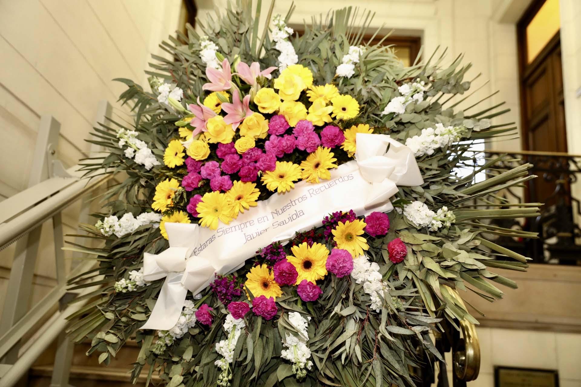 La ofrenda floral que envió la familia Saviola al velatorio: