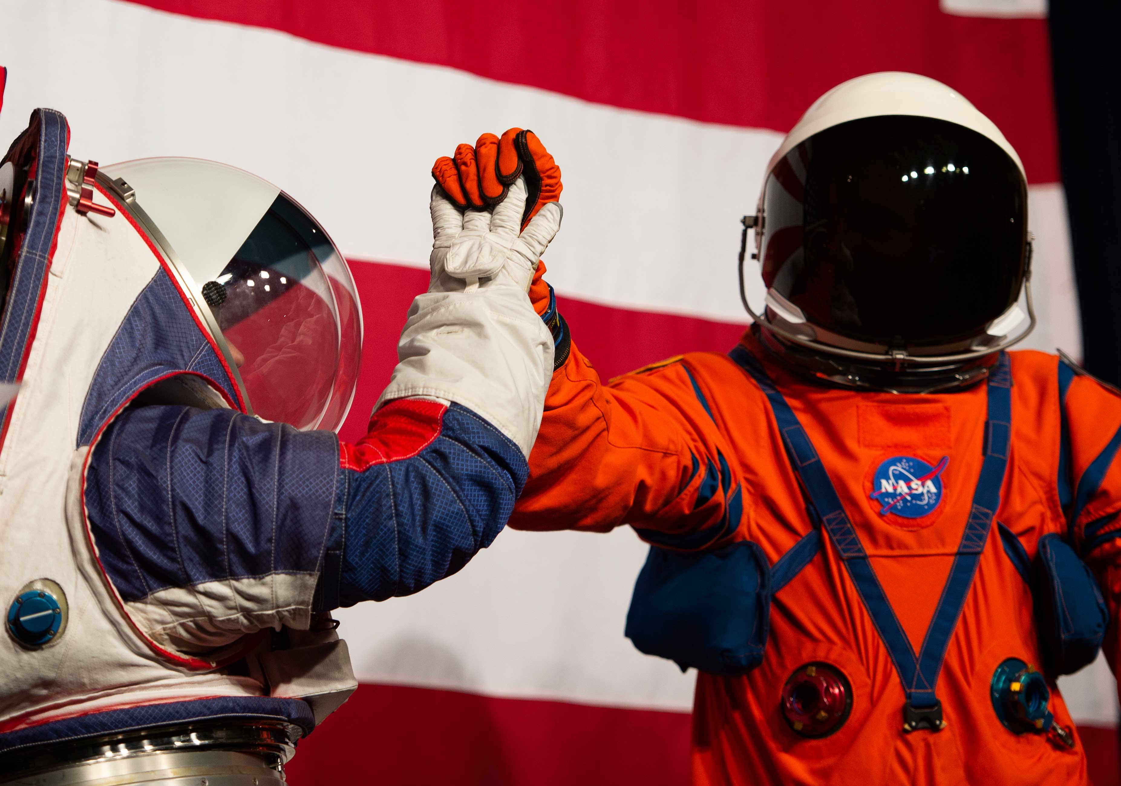Los trajes presentados por la NASA (AFP)