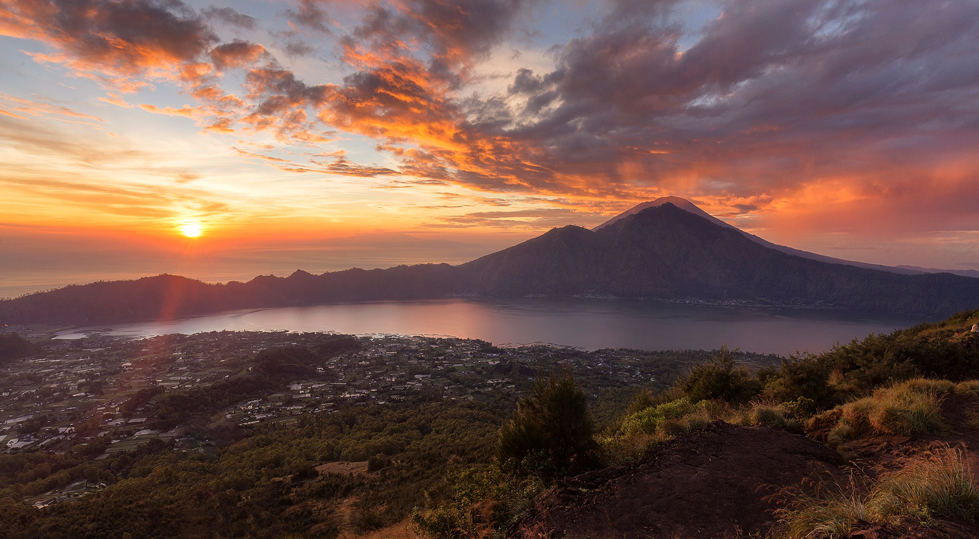 Su última erupción fue durante 2017, precisamente el 21 de noviembre, donde alrededor de 100 mil personas debieron ser evacuadas. Según creencias locales, es una réplica del monte Meru, eje central del universo