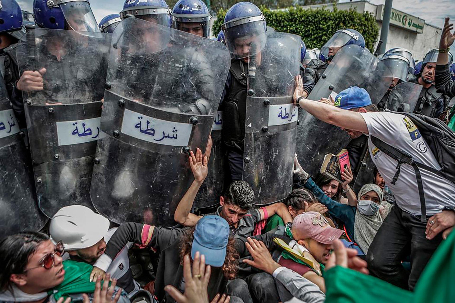 Choque con la policía durante una manifestación antigubernamental en Argelia (Farouk Batiche para Deutsche Presse)
