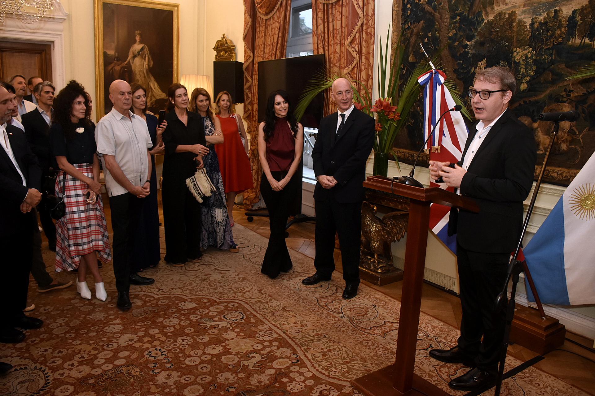 Axel Kuschevatzky durante la presentación en la Residencia del embajador británico. Los títulos de Infinity Hill incluyen The Doorman, una película dirigida por el japonés Ryûhei Kitamura y protagonizada por Ruby Rose y Jean Reno