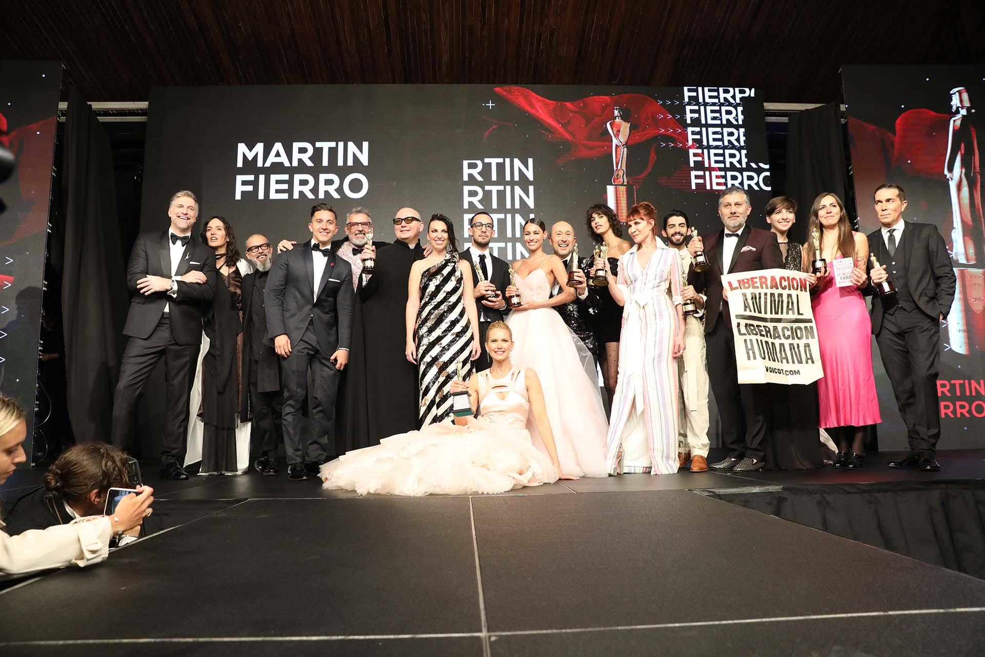 ¡Fin de fiesta para una noche inolvidable para la moda argentina! Broche de oro sobre el escenario del Tatersall para todos los premiados,
