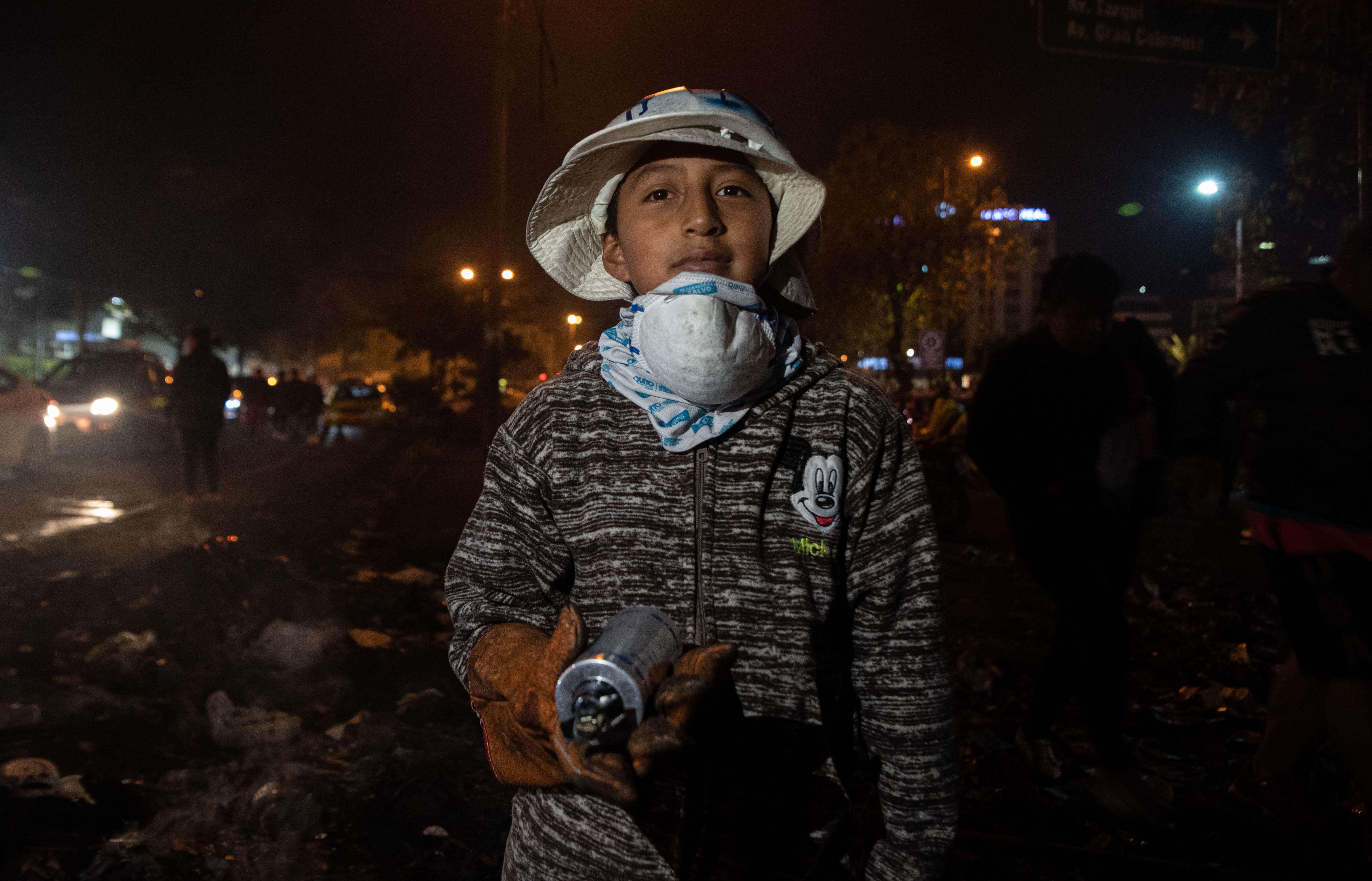 Un joven con aerosol en mano sonríe en medios de los festejos