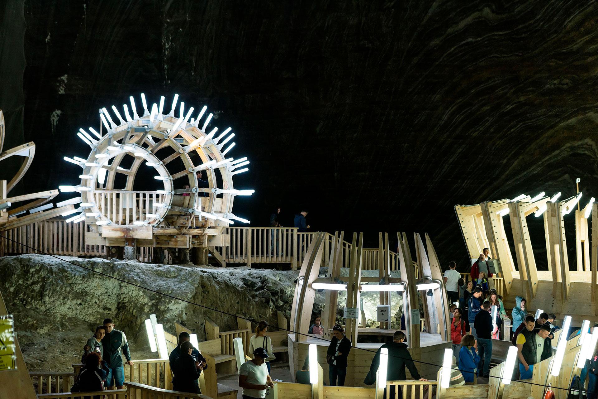 El parque de atracciones cuenta con minigolf, mesas de billar, mesas de ping pong, y una rueda de la fortuna de 20 metros de altura, donde se puede observar desde lo alto los detalles de una antigua cantera rumana
