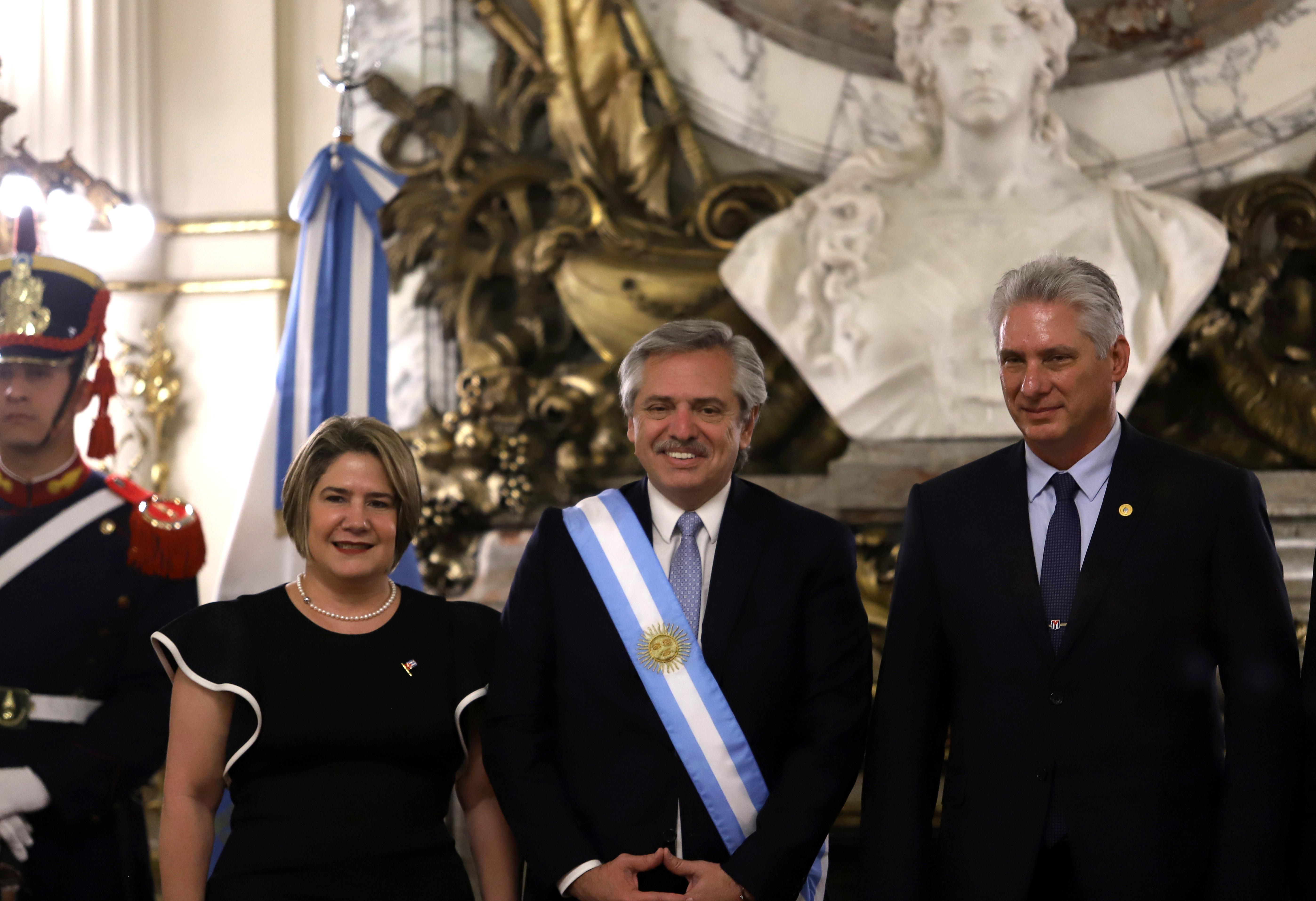 El presidente Alberto Fernández posa para una fotografía junto al mandatario cubano Miguel Diaz-Canel y su esposa (Reuter)