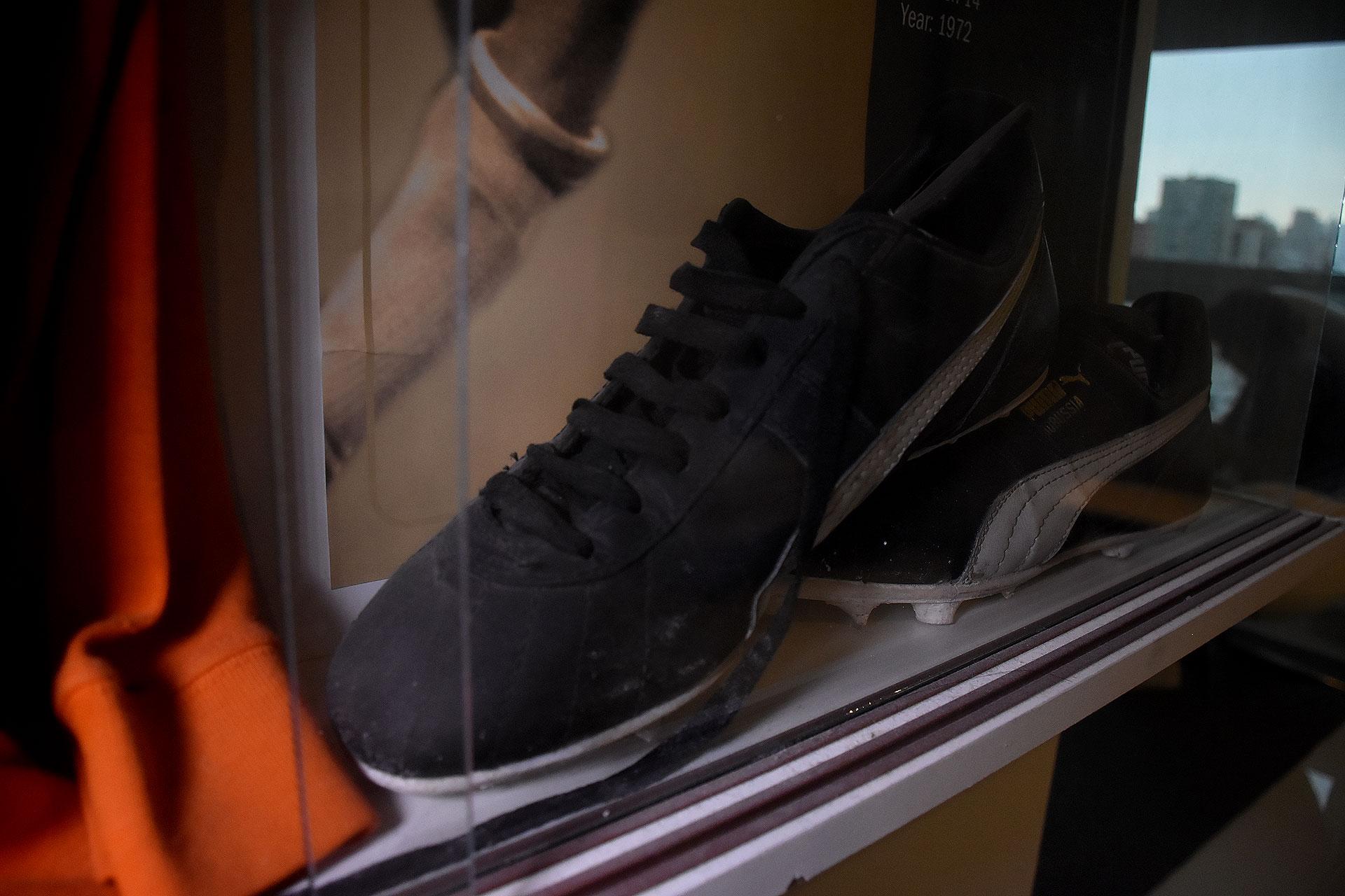 El calzado negro con tira blanca del holandés Cruyff (Nicolas Stulberg)